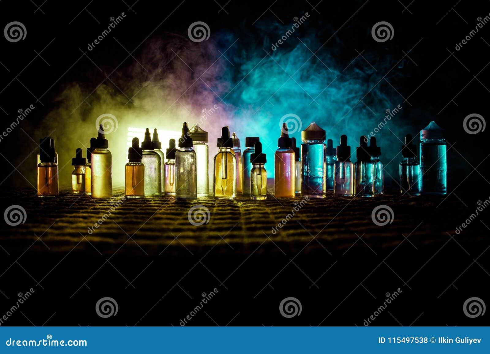 Vape begrepp Rökmoln och vapevätskeflaskor på mörk bakgrund stor ljus deltagarekapacitet för effekter Användbart som bakgrunds- e