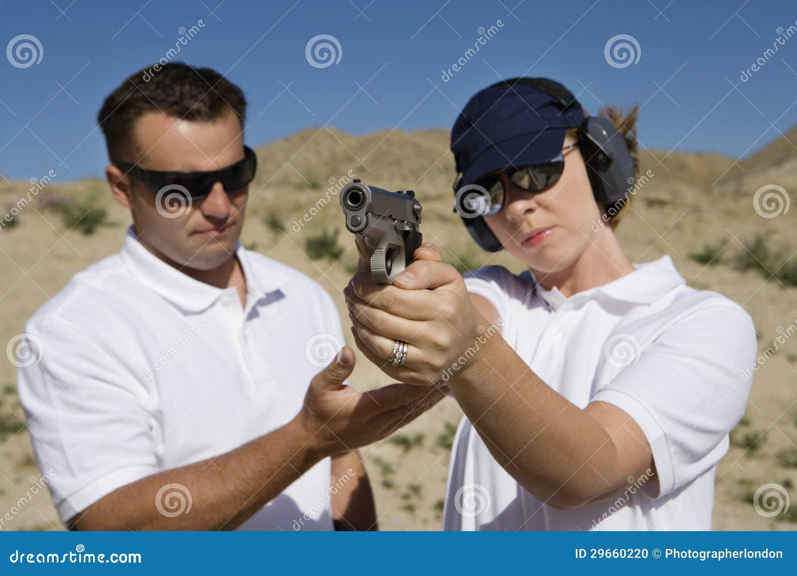 Vapen för instruktörAssisting Woman With hand