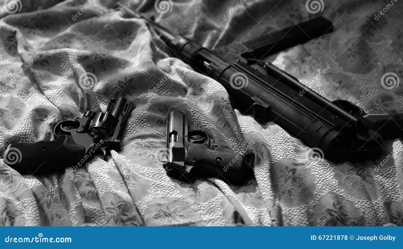 Vapen på sängarket Noir stil för film Revolver pistol, maskingevär