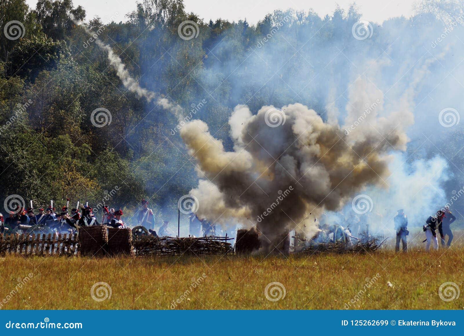 Vapeur et feu sur le champ de bataille Scène historique de reconstitution de bataille de Borodino