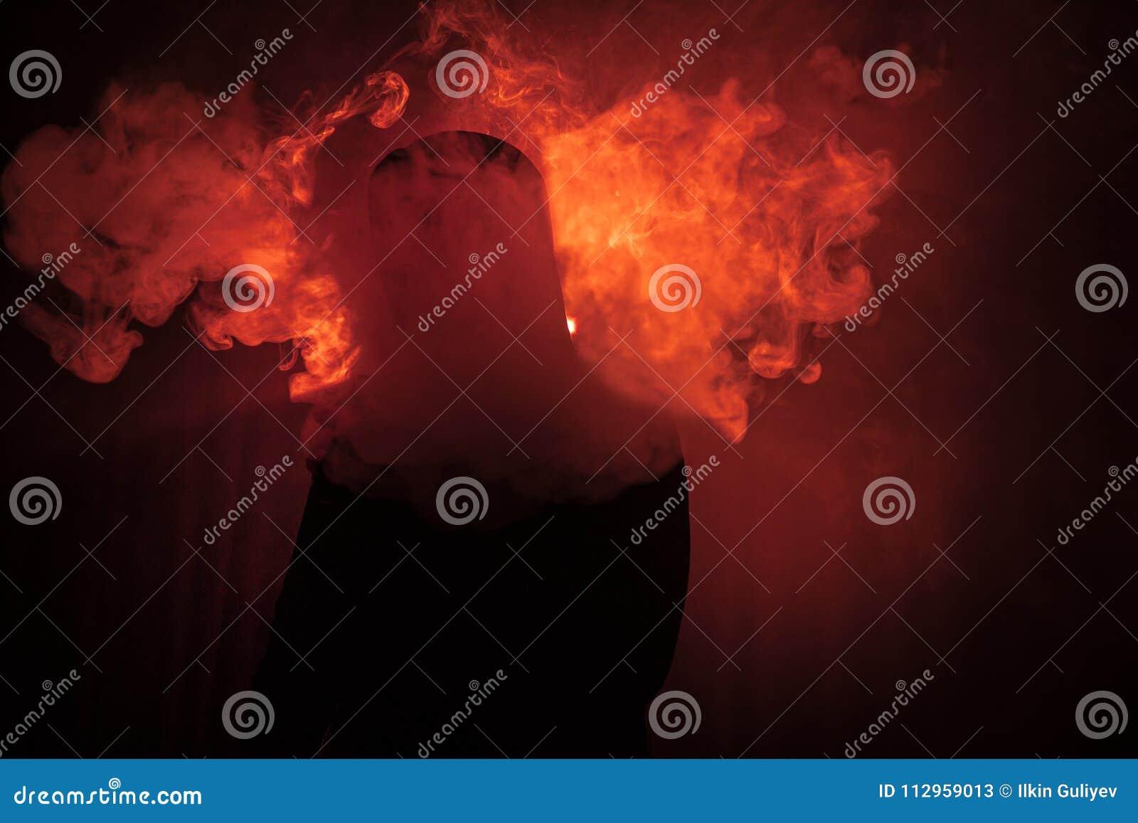 Vaping mężczyzna trzyma mod Chmura opary Czarny tło Vaping elektroniczny papieros z mnóstwo dymem Vape pojęcie