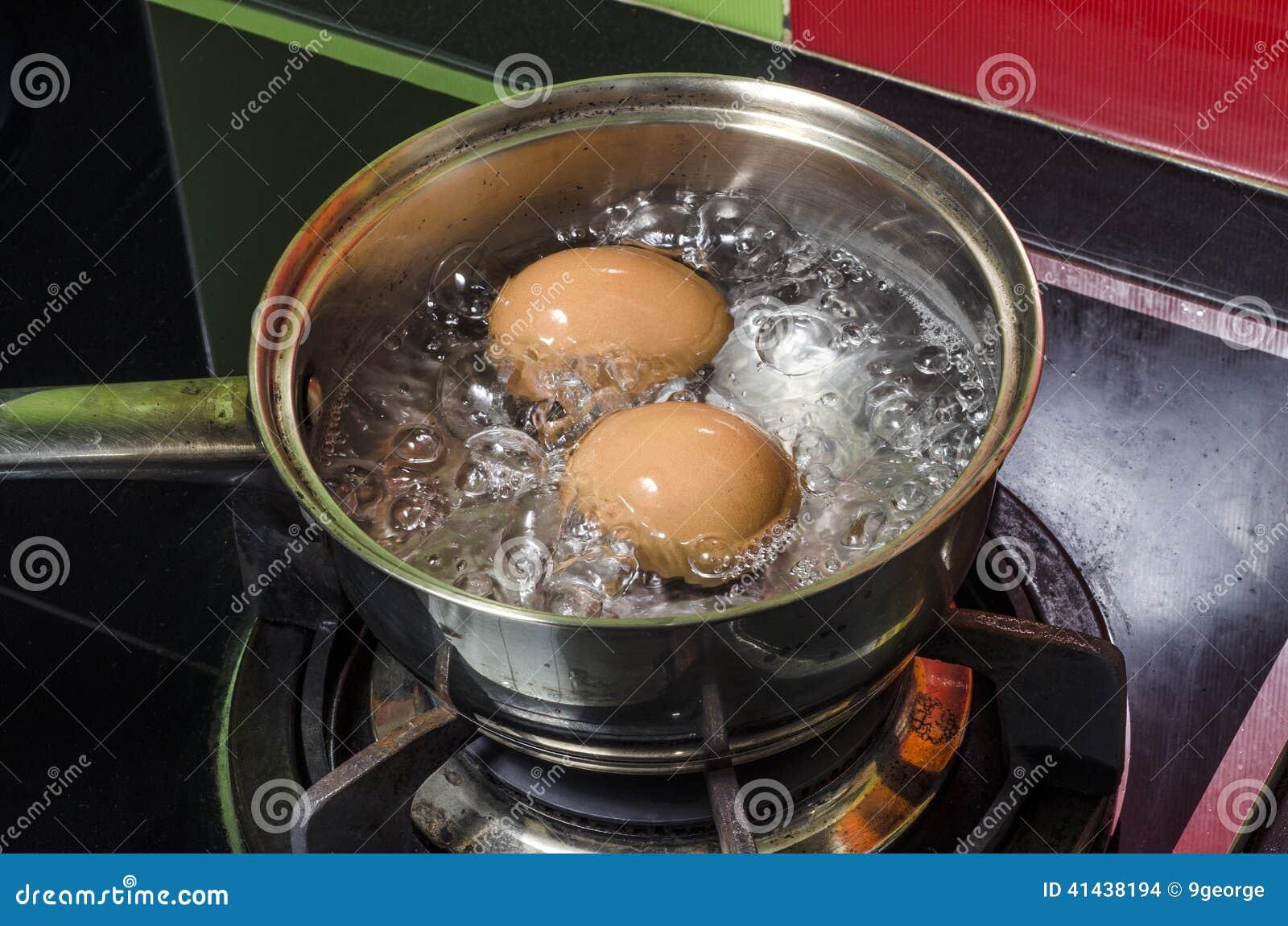 Vapor, huevos y agua hirvienda