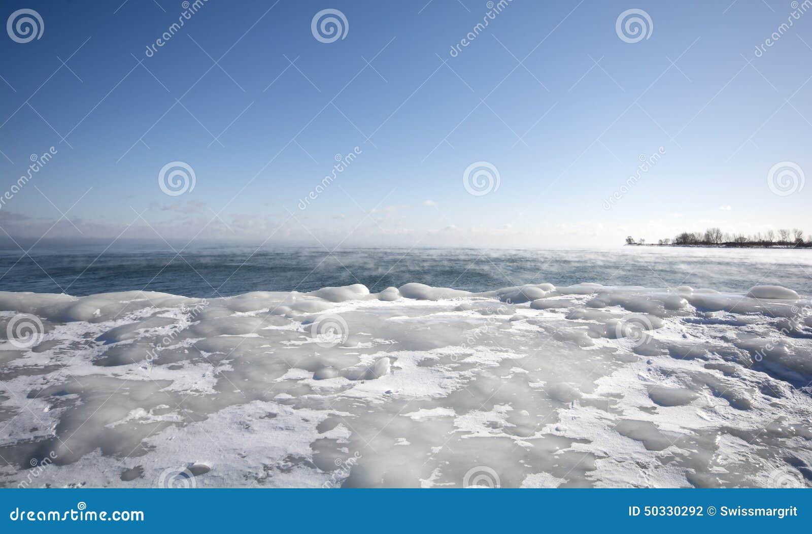 Vapor stigning av, av det varma vattnet av Lake Ontario