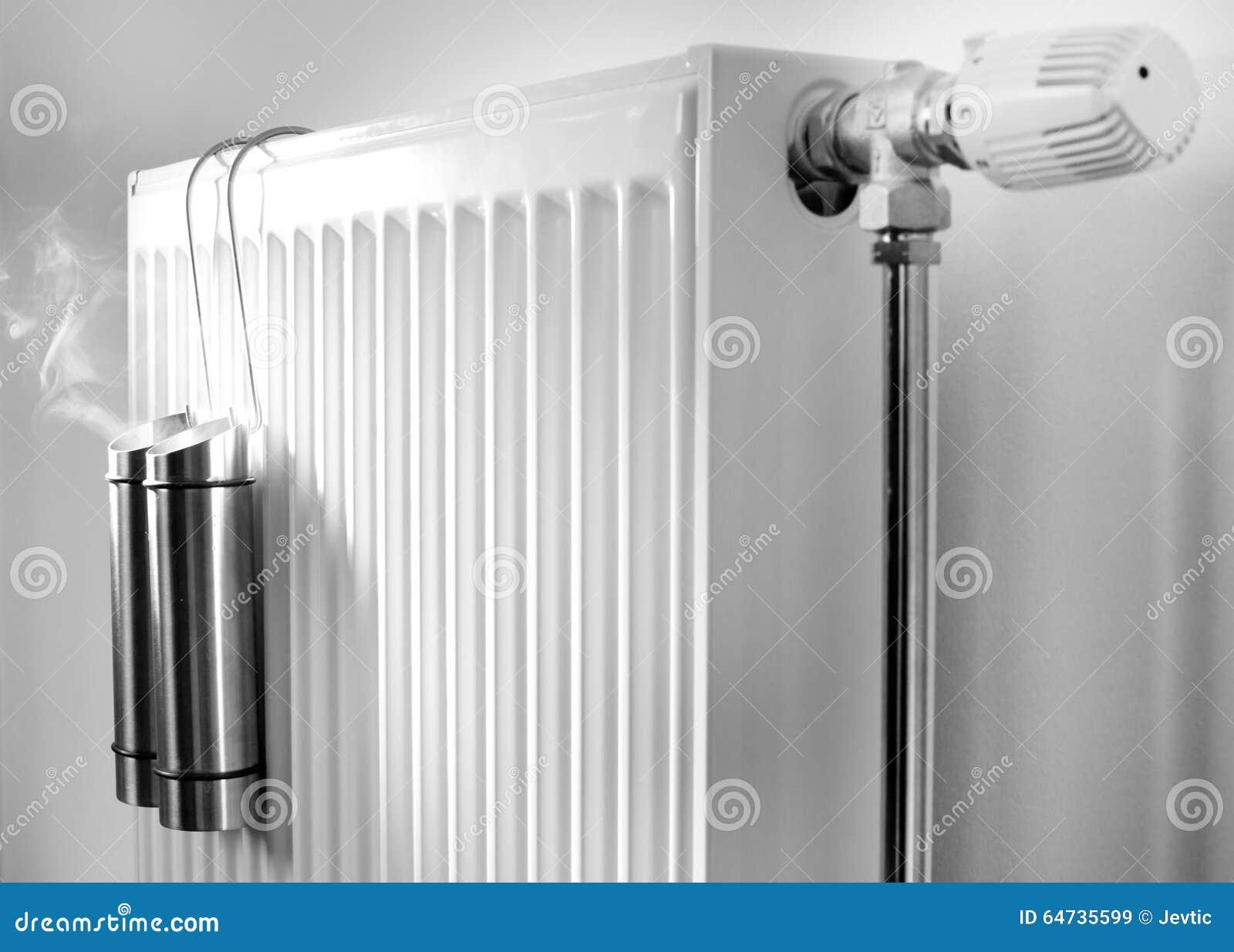 Vapore dai contenitori del metallo sul radiatore