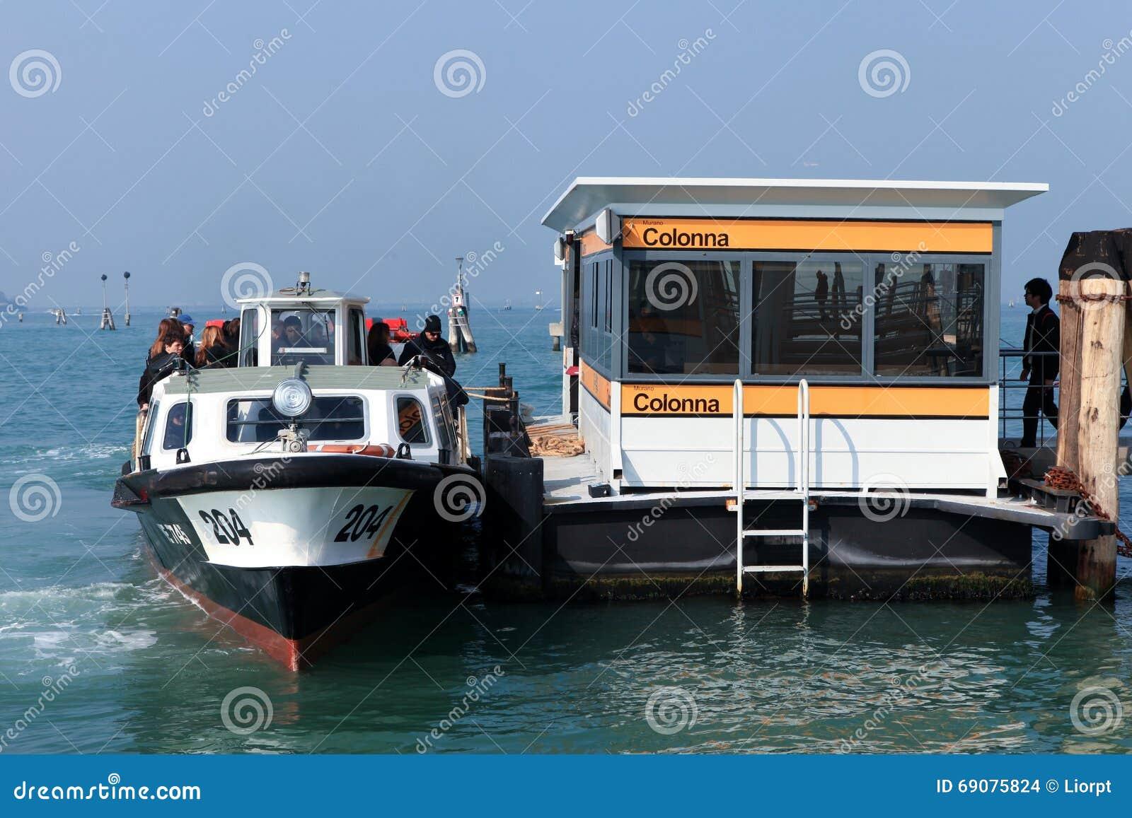 Vaporetto (autobús del agua) en Venecia