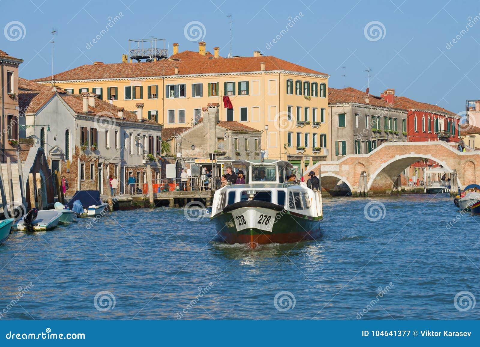 Download Vaporetto Met Passagiers Op Kannaredzho-kanaal In De Zonnige Dag, Venetië Redactionele Fotografie - Afbeelding bestaande uit passagiers, vervoer: 104641377