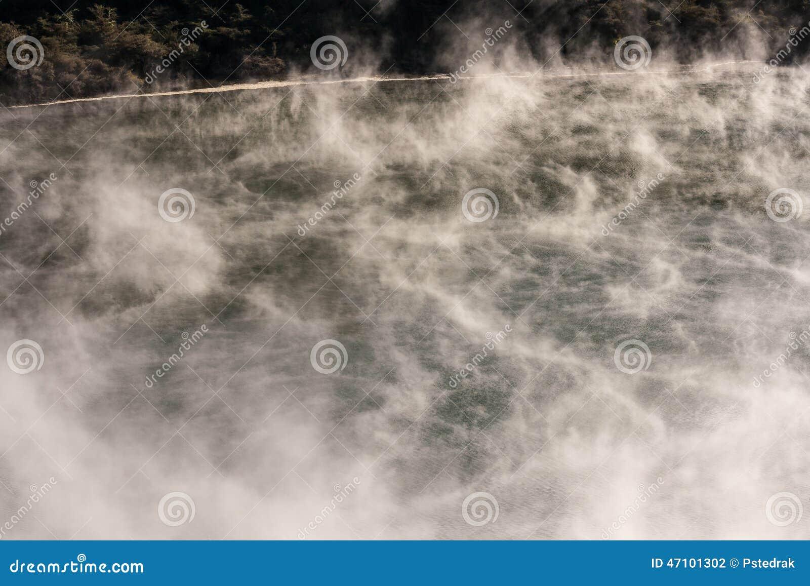 Vapours nad powulkaniczny jezioro w Waimangu