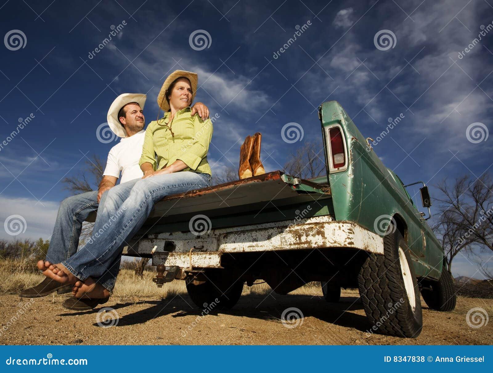 Vaquero y mujer en la furgoneta