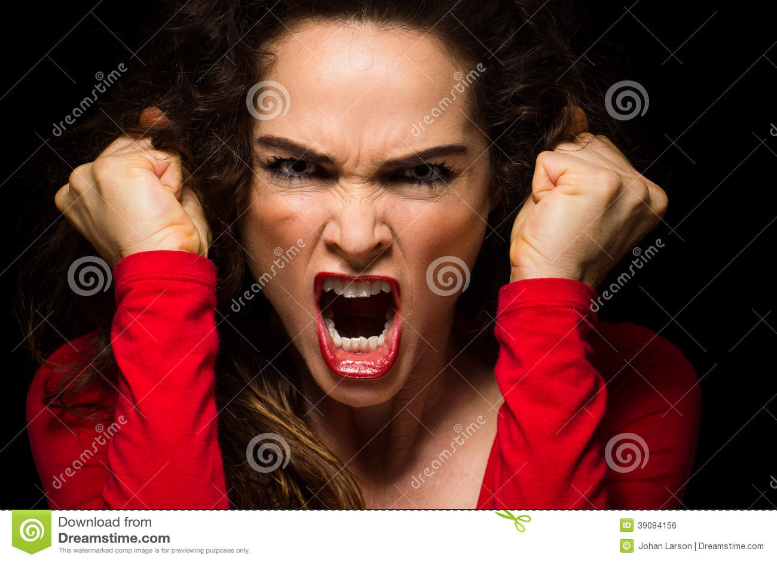 Varíe los puños de apretón enojados de la mujer