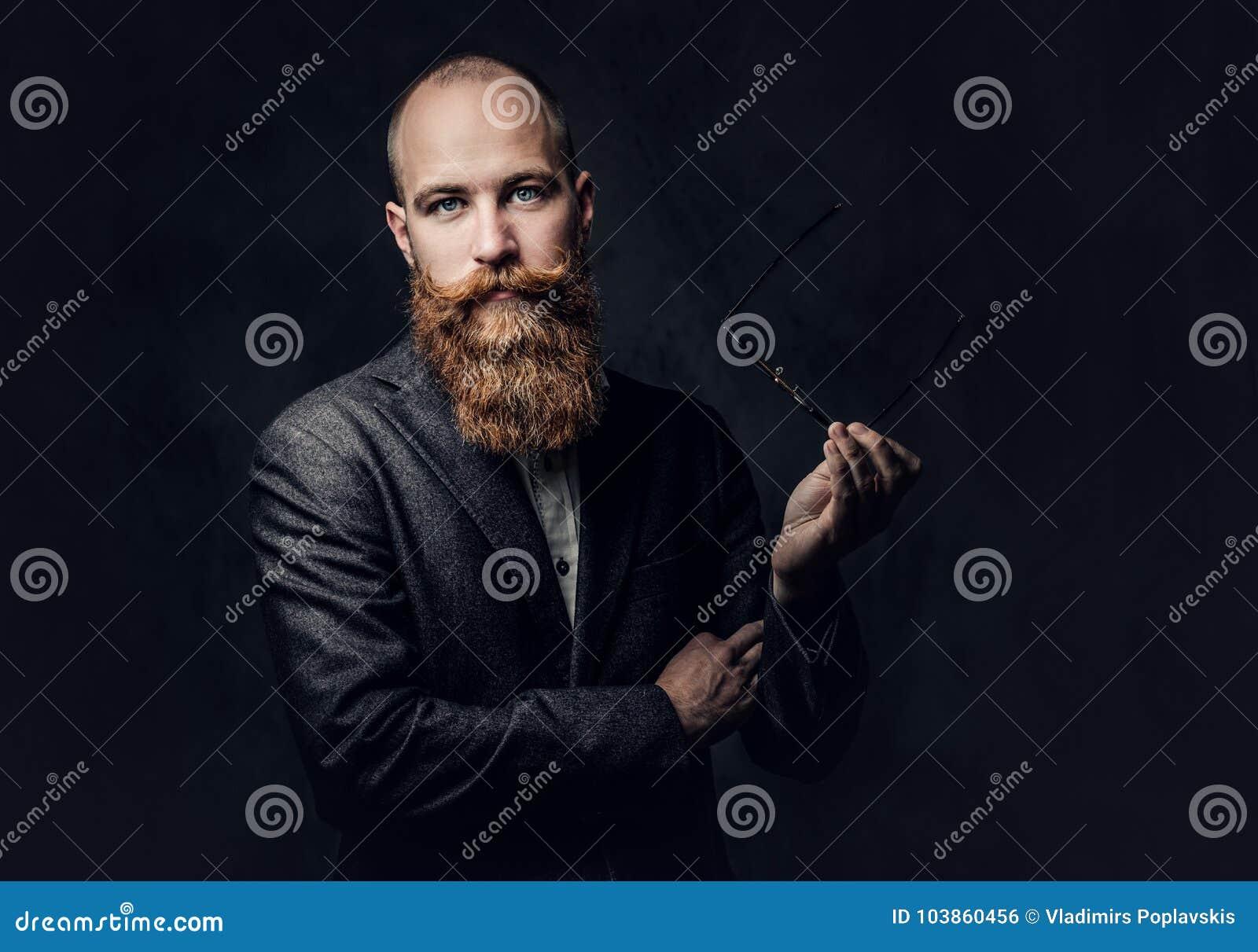 Varón barbudo del pelirrojo en un traje