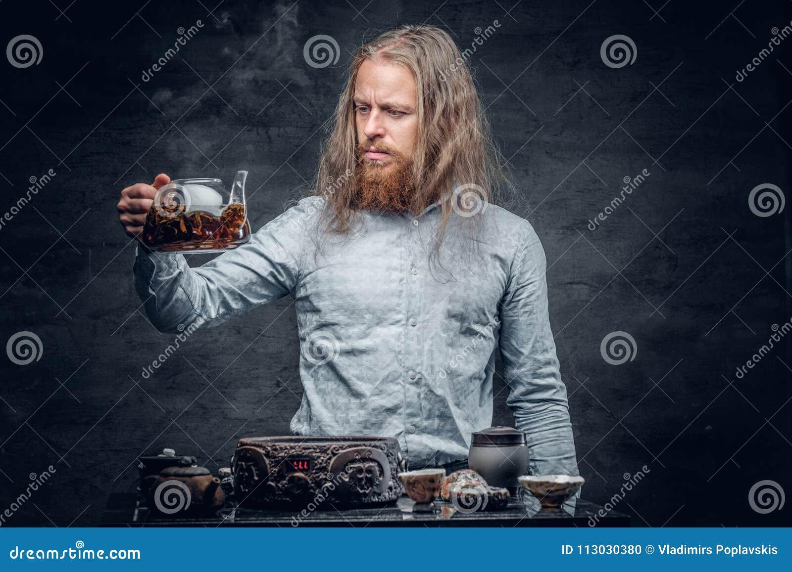Varón barbudo divertido en la ceremonia de té china