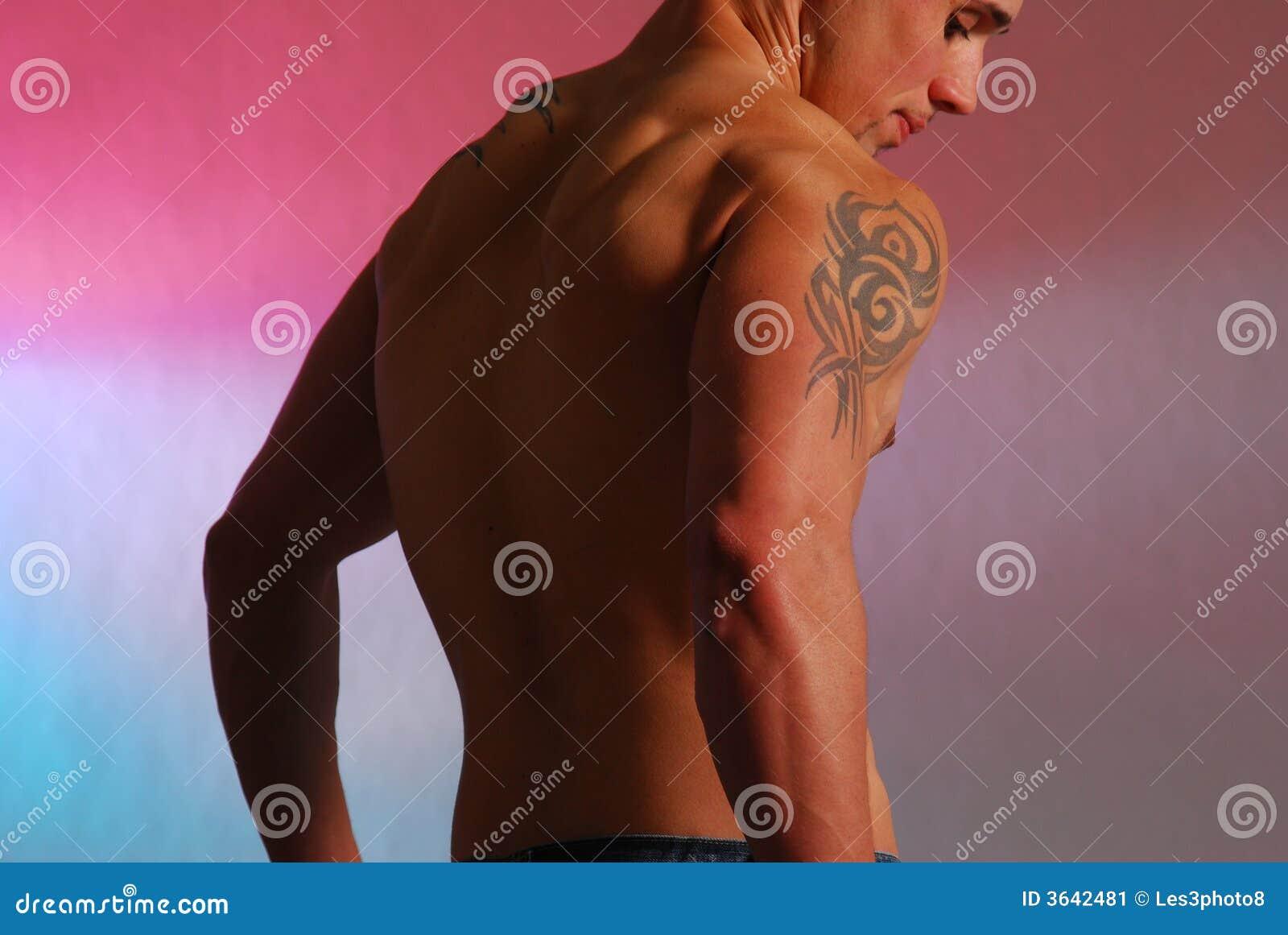 Varón con el tatuaje 2 del hombro