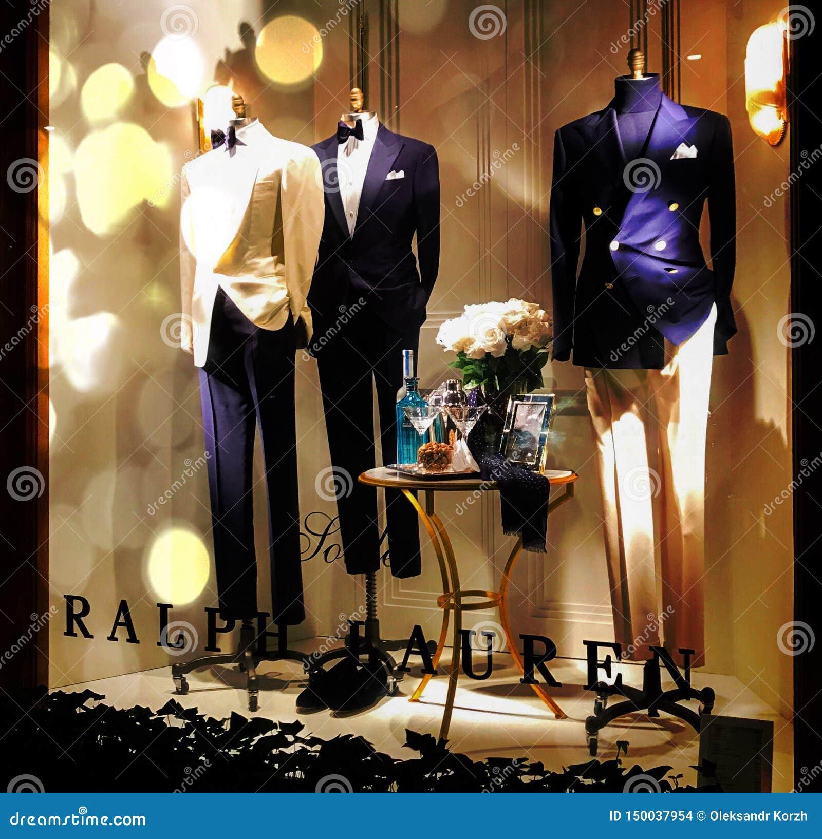 Varón del maniquí en el traje de negocios hermoso, colocándose simulado en ventana de la tienda con la corbata de lazo en cuello