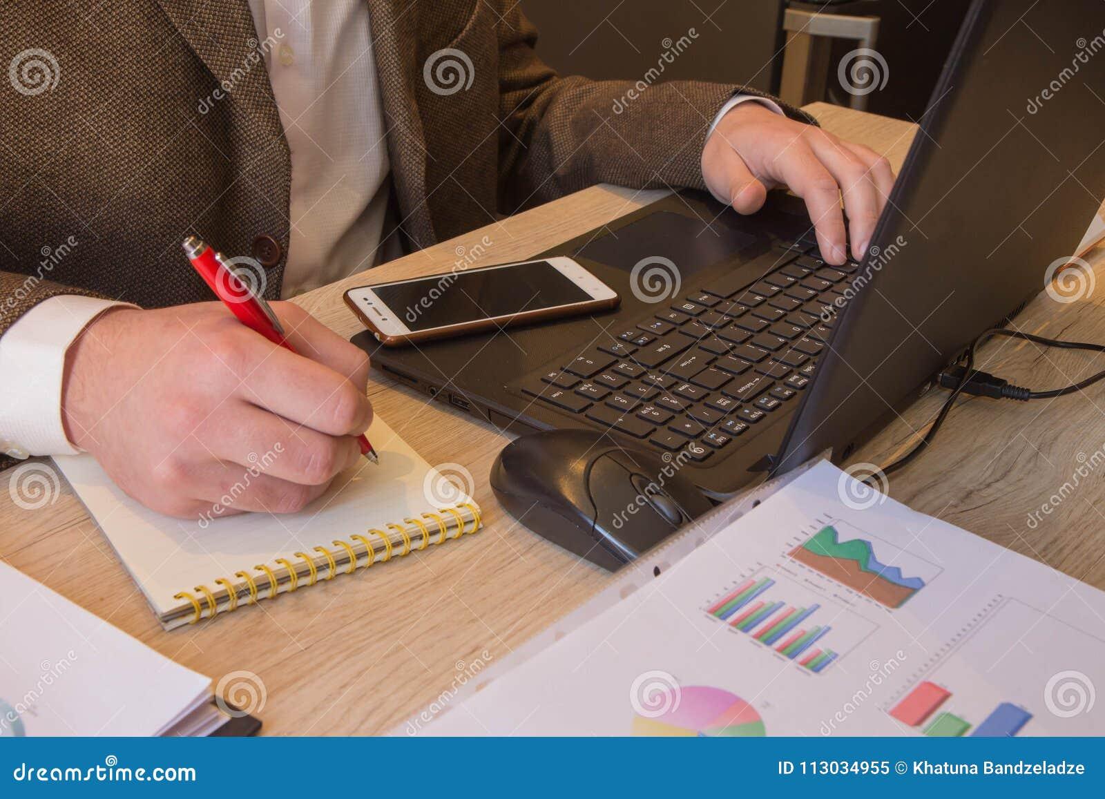 Varón del negocio que analiza concepto financiero de las estadísticas Las calculadoras, los propietarios de negocio, la contabili