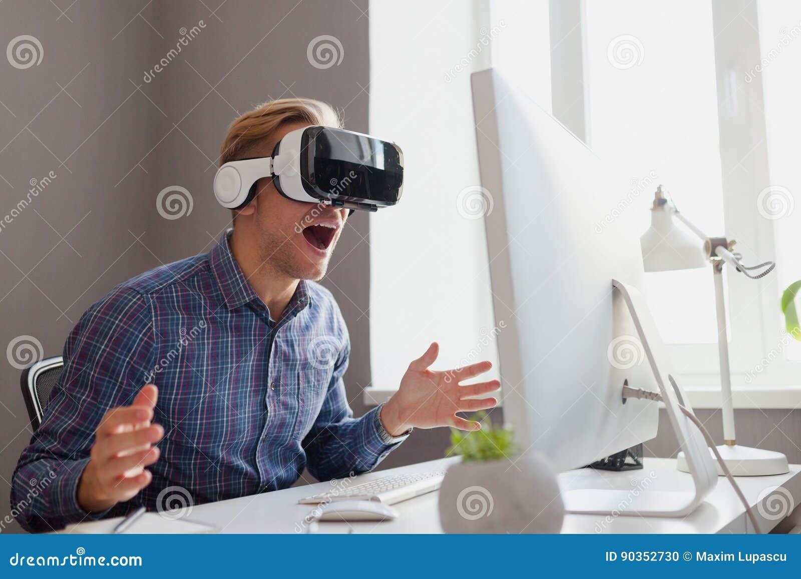 Varón en auriculares de VR
