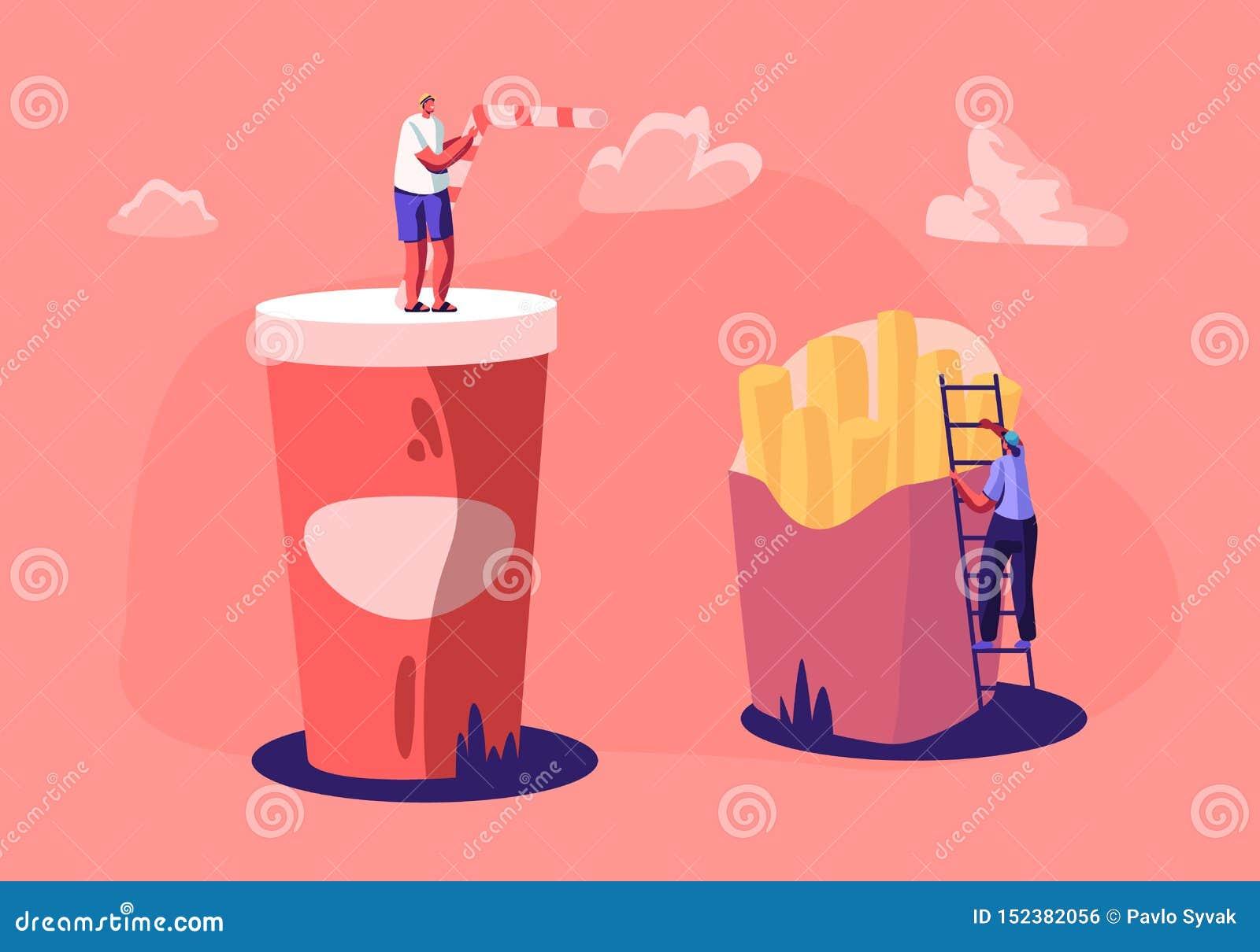 Varón minúsculo y caracteres femeninos que obran recíprocamente con las patatas fritas y la taza enormes con la bebida de la soda