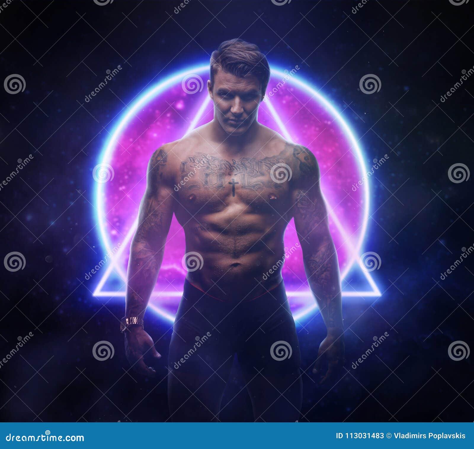 Varón tatuado sobre símbolos neonic del inconformista