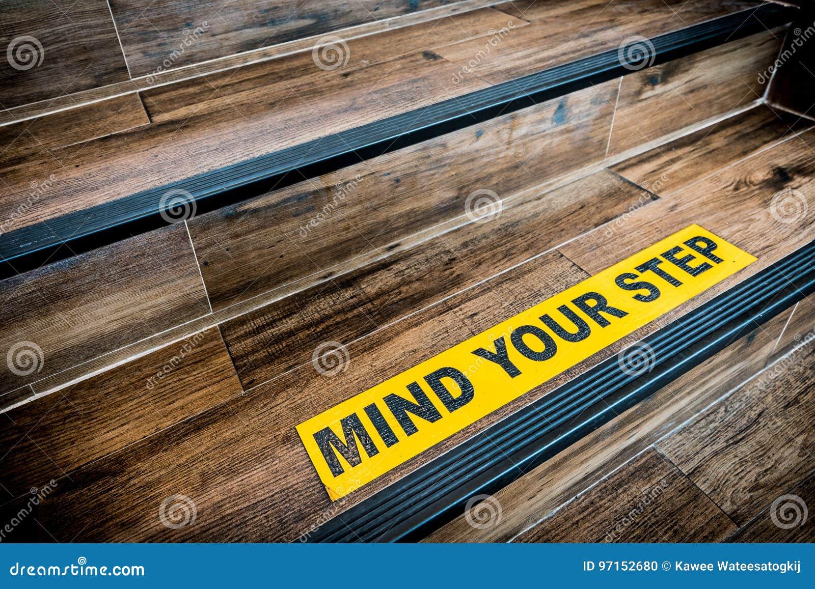 Vara besvärad ditt momentklistermärketecken som klistras på trätrappan Varningar, abstrakt begrepp eller inomhus arkitekturbegrep