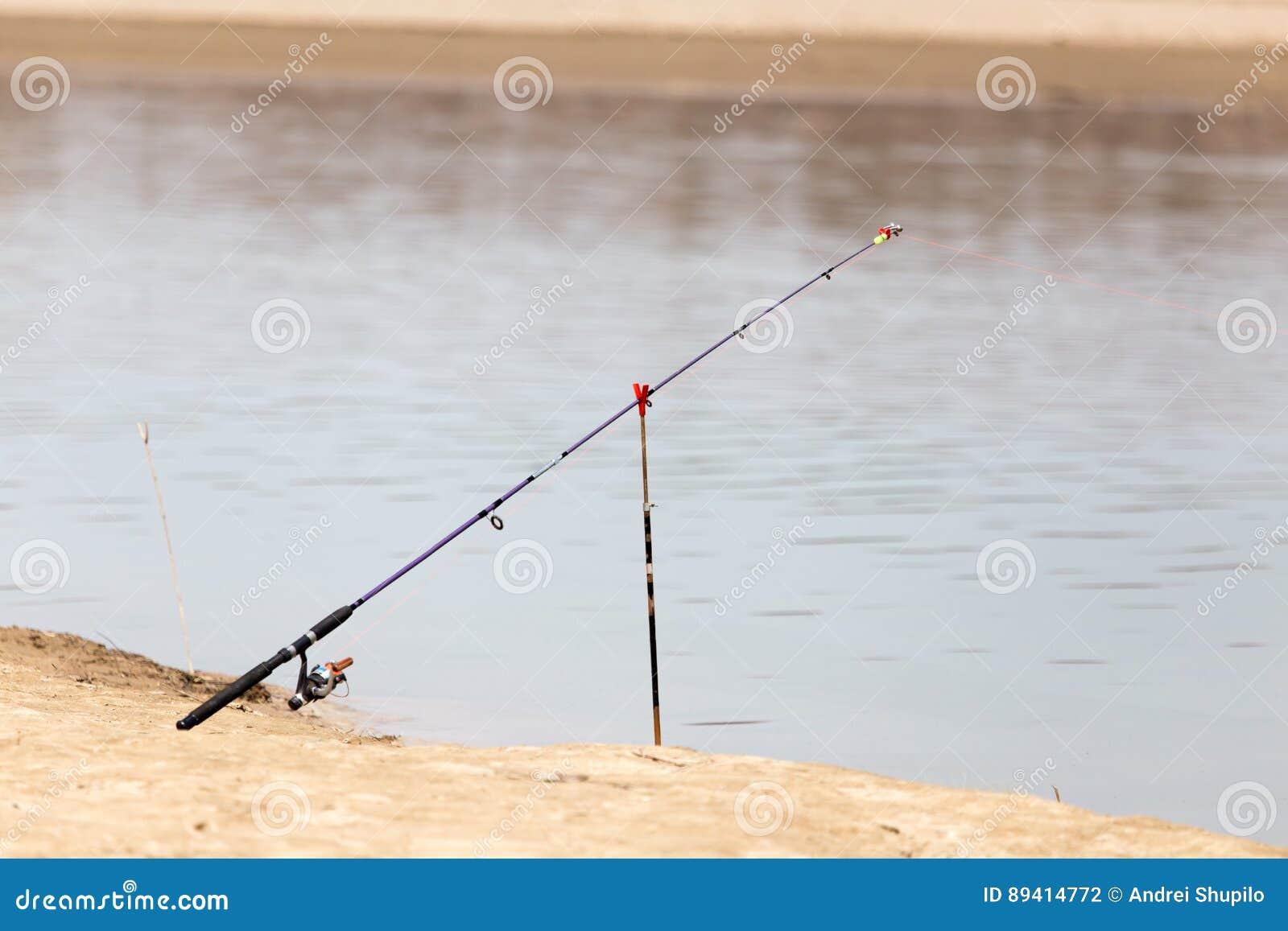 Vara de pesca no banco de rio