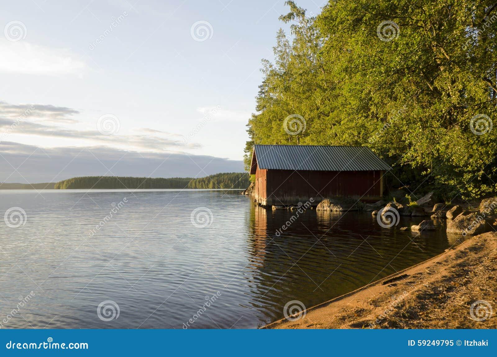 Varaderos hermosos en el lago en la puesta del sol