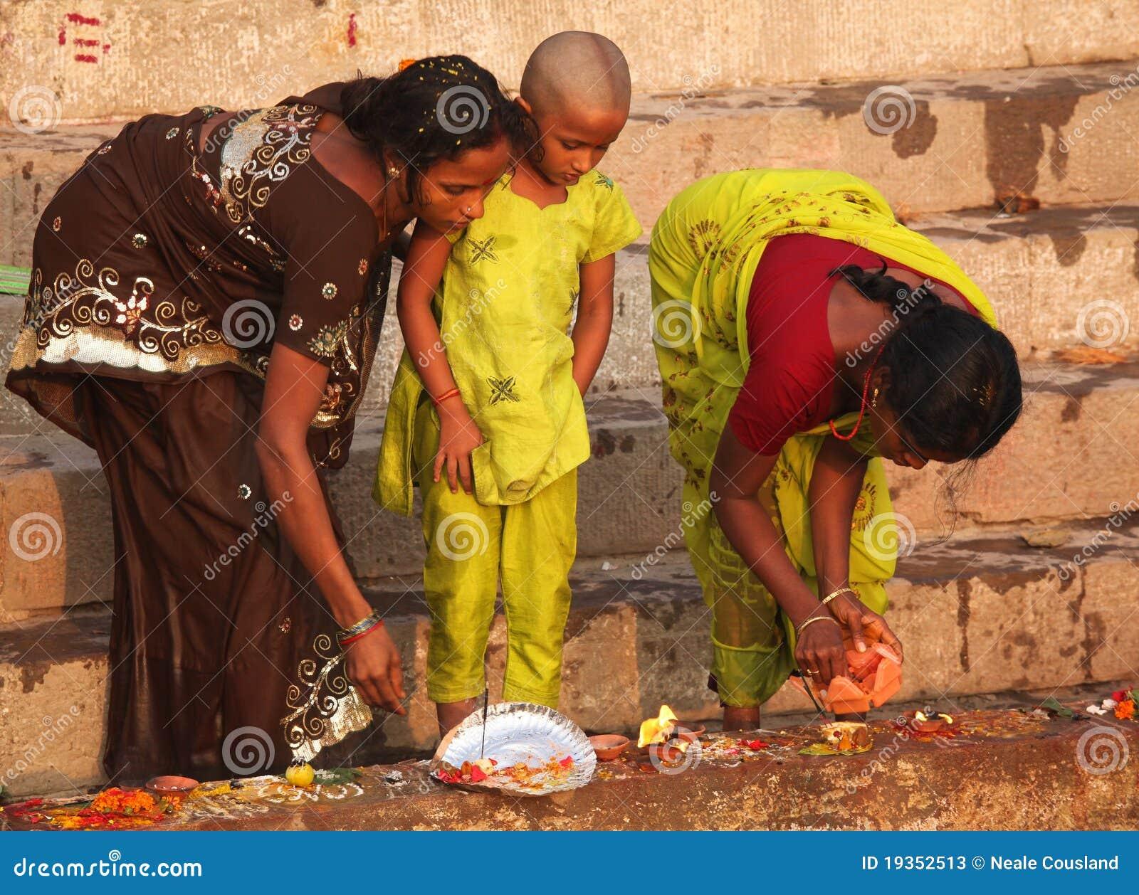 VARANASI - 6 NOVEMBRO: Povos Hindu