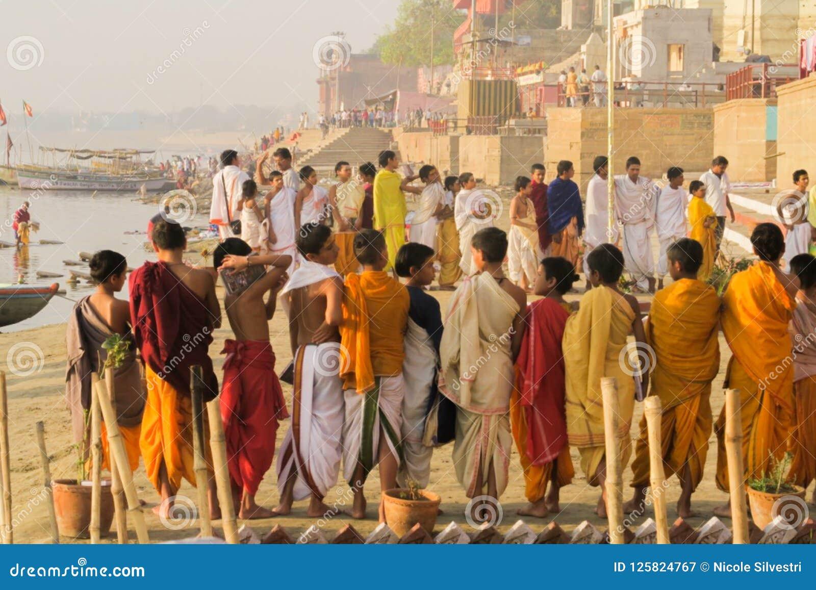 Varanasi/la India - 25 de marzo de 2017, sacerdotes hindúes jovenes en el riversid