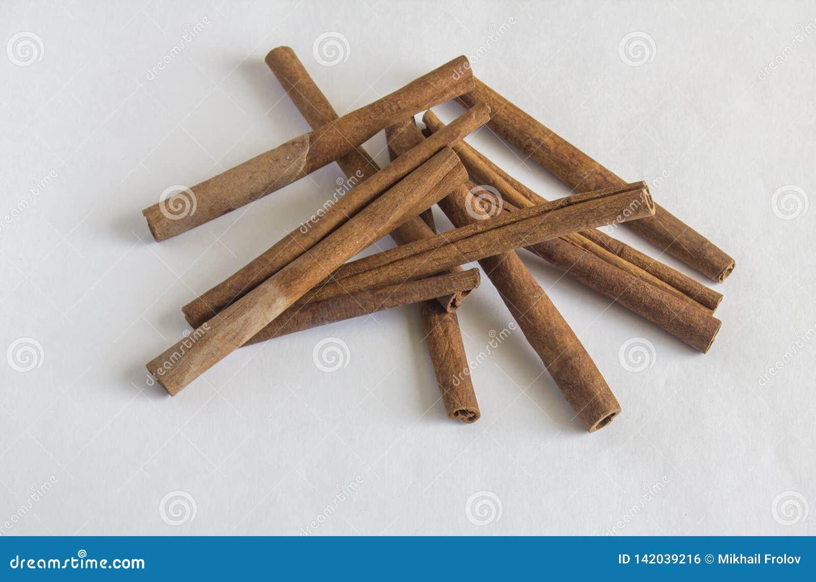 Varas de canela no fundo branco Sabor da canela
