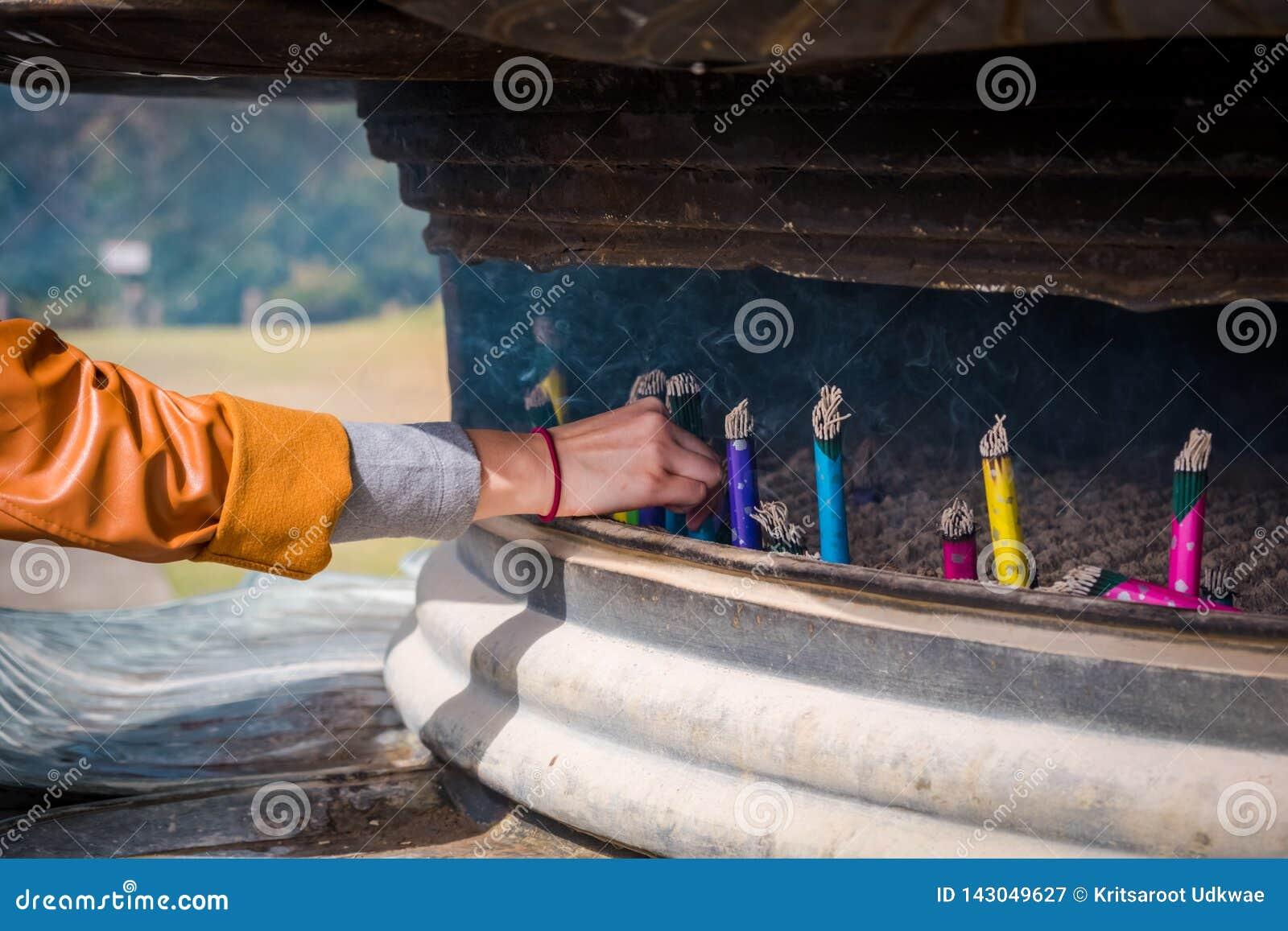 Varas japonesas do incenso no queimador de incenso