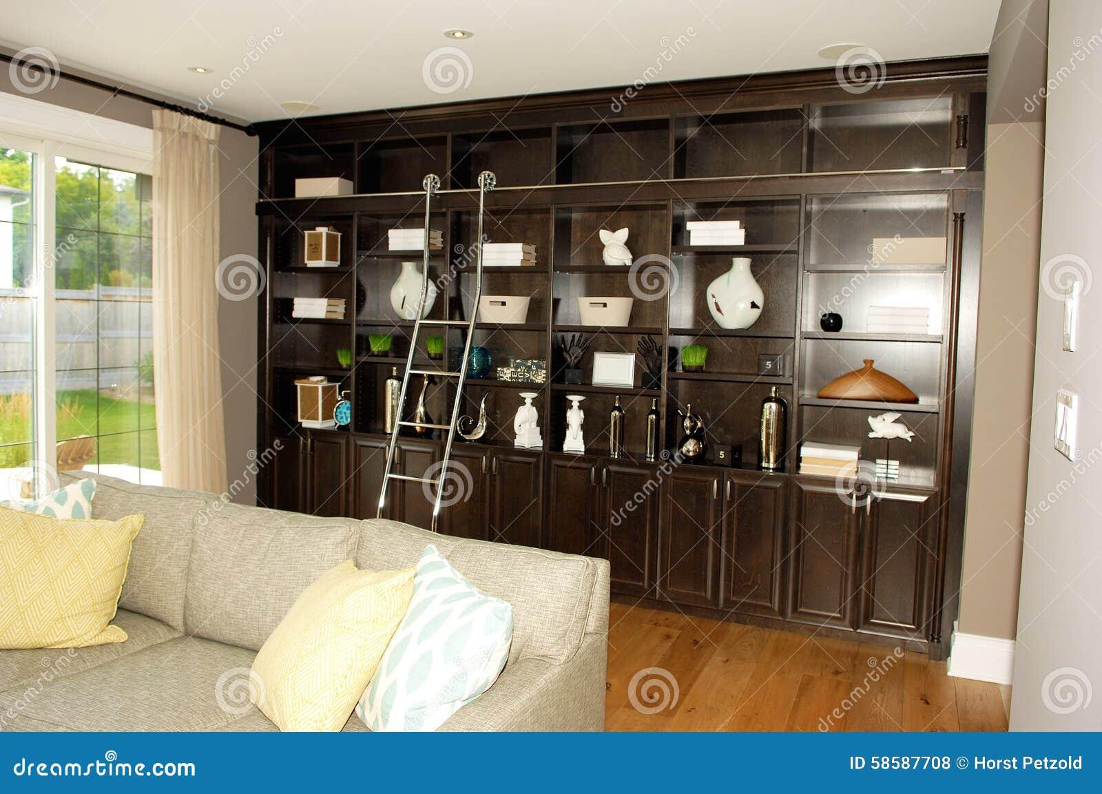 Vardagsrum I Ett Nytt Hus Med Bokhyllor Arkivfoto - Bild: 58587708