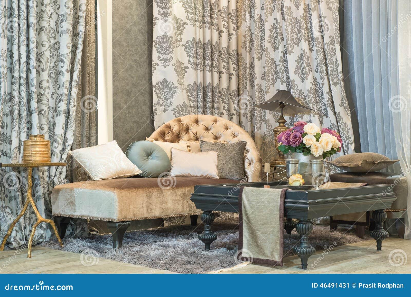 Vardagsrum med den klassiska seende soffan, luxuryl hänger upp ...
