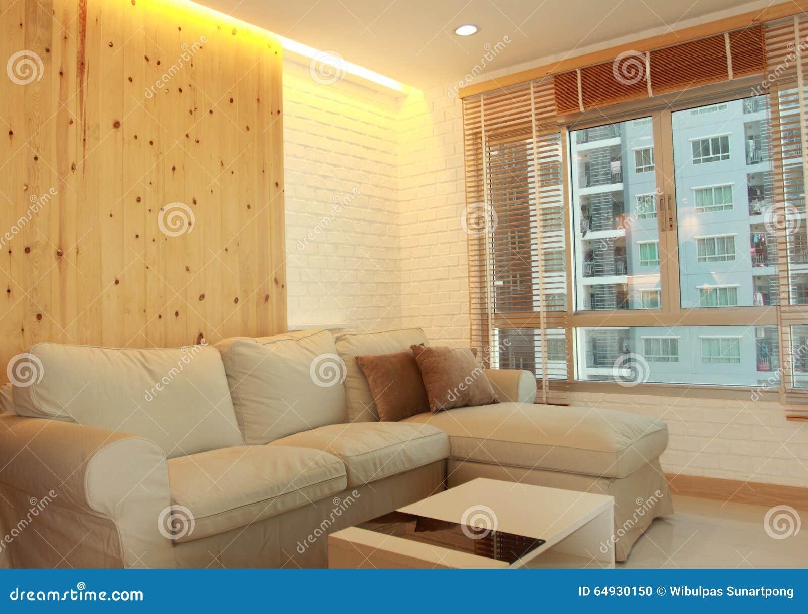 Vardagsrum Med Den Ljusa Wood Panelen Och Gömd Belysning Arkivfoto ...