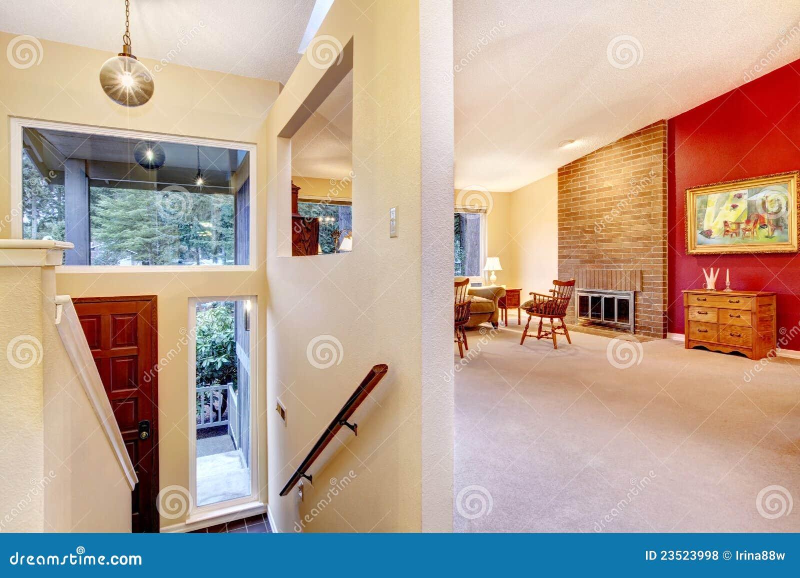 Vardagsrum med den röda väggen och hänrycker. royaltyfria foton ...