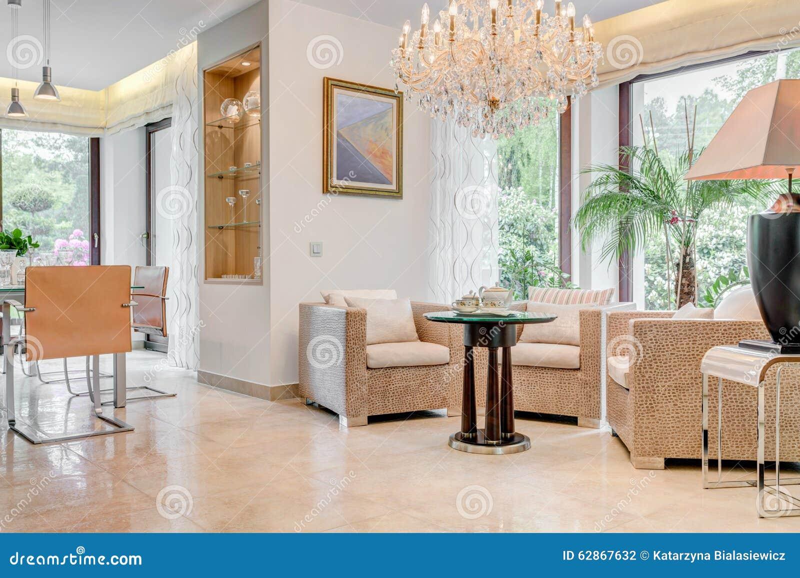 Vardagsrum med kristallkronan arkivfoto   bild: 62867632