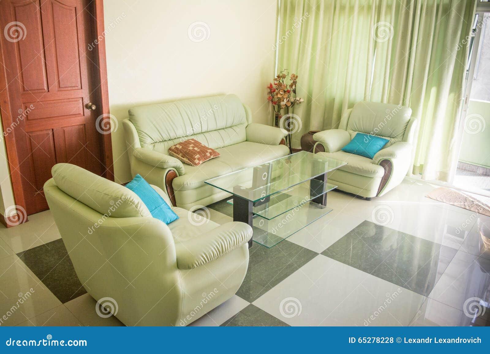 Vardagsrum med soffan och fåtöljer arkivfoto   bild: 65278228