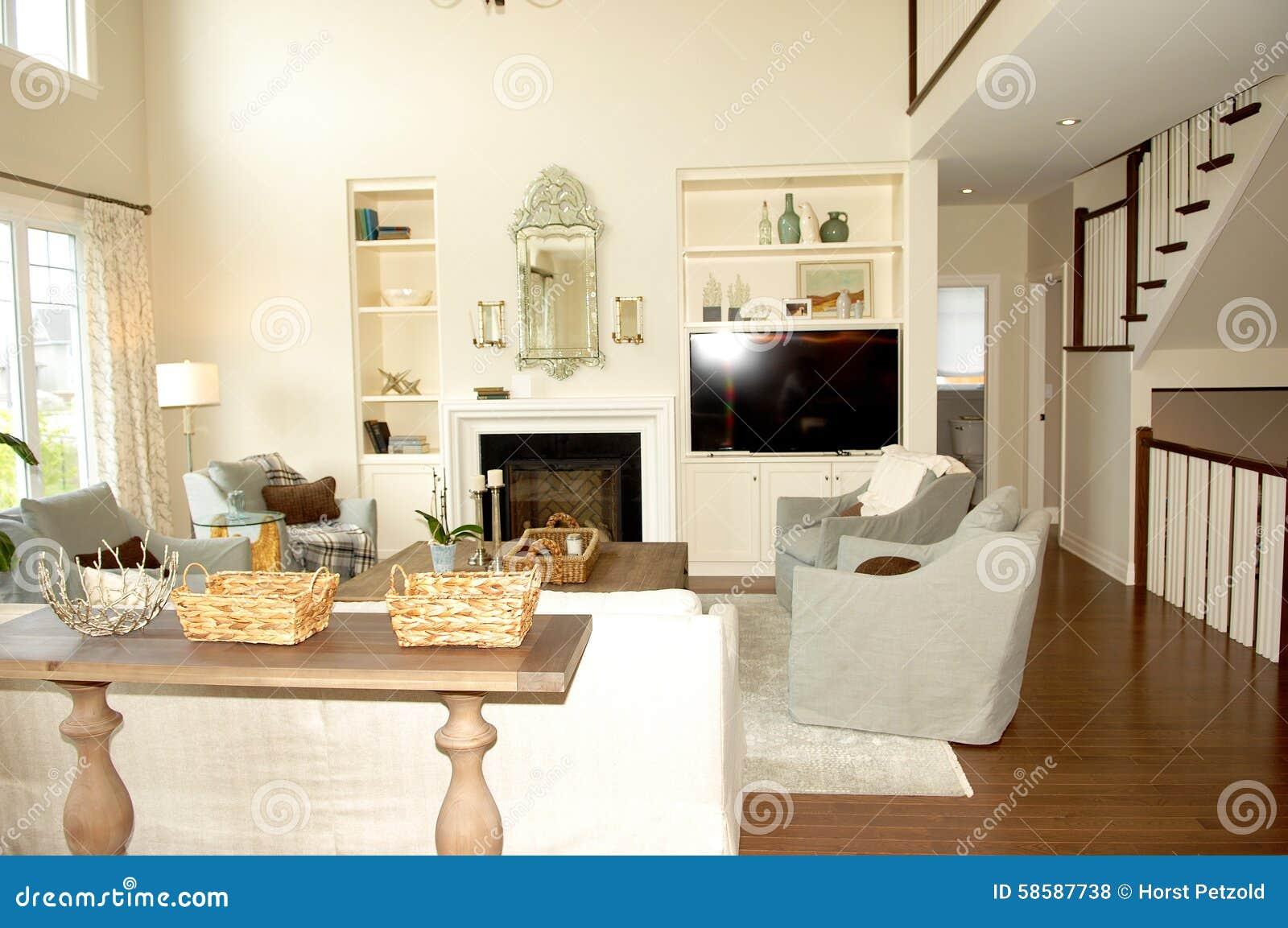 Vardagsrum med spisen och trappa arkivfoto   bild: 58587738