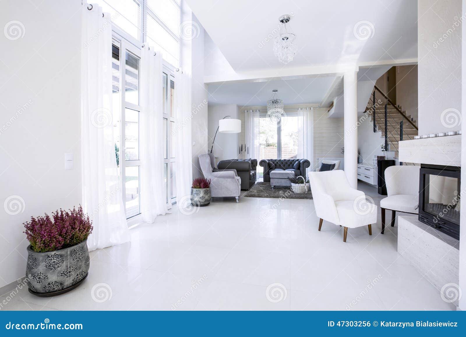 Vardagsrum med stora fönster arkivfoto   bild: 47303256