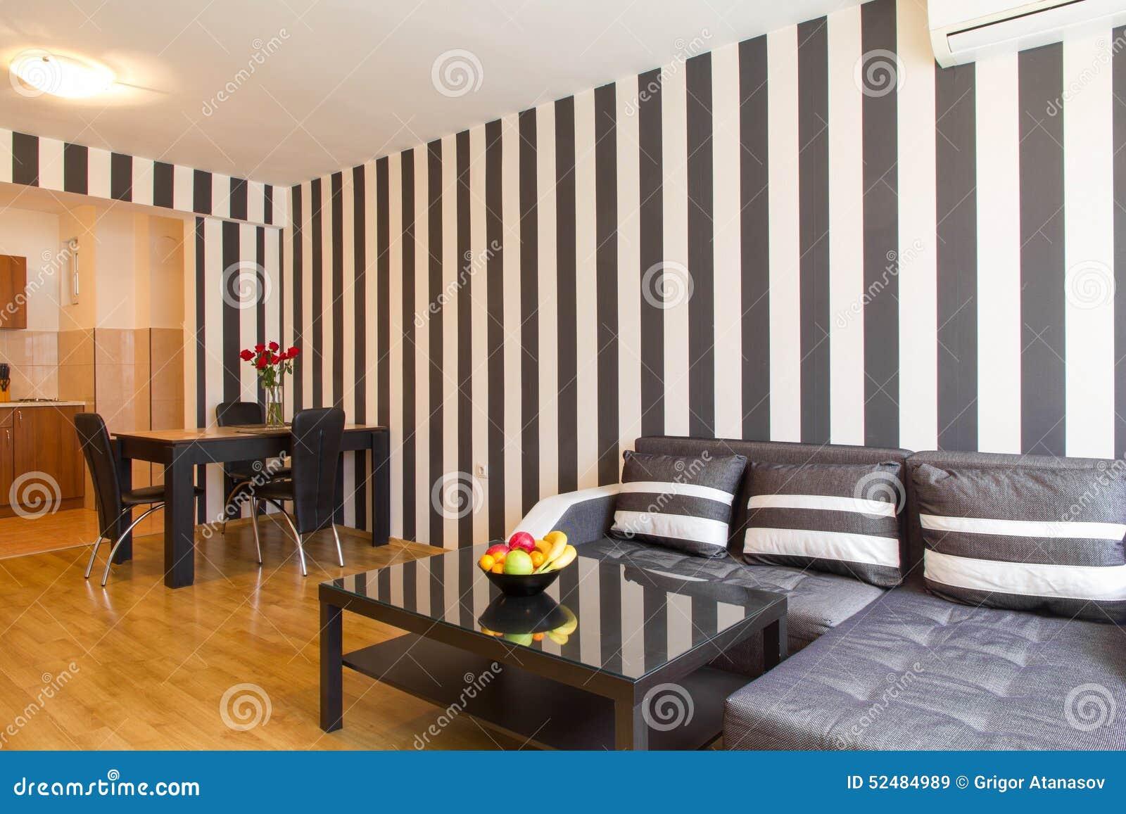 Vardagsrum med svartvita randiga väggar