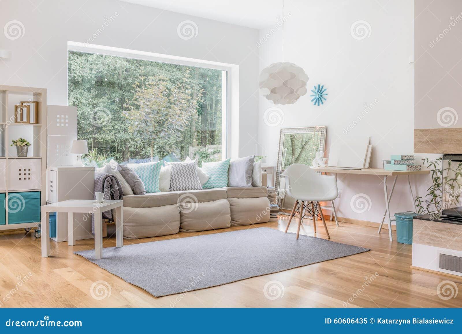Vardagsrum och stort fönster arkivfoto   bild: 60606435