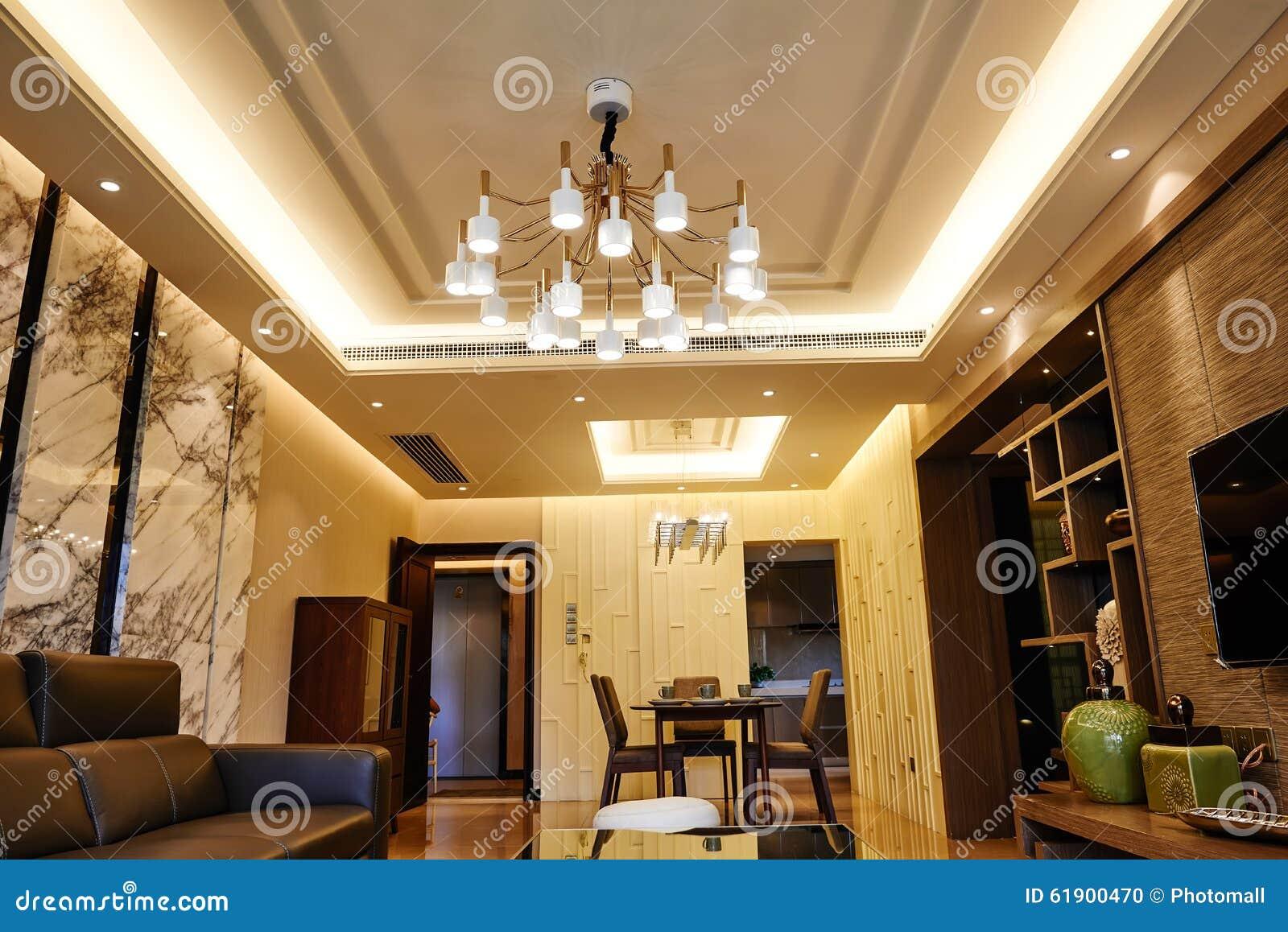 Vardagsrum som är upplyst vid ledd takbelysning arkivfoto   bild ...