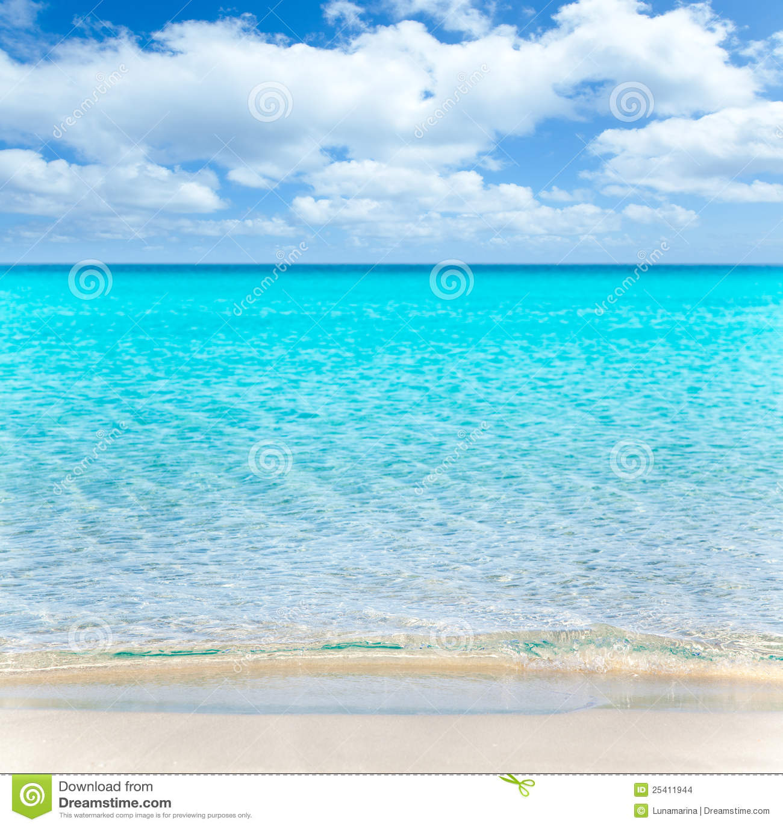 Vare tropical con el wate blanco de la arena y de la turquesa