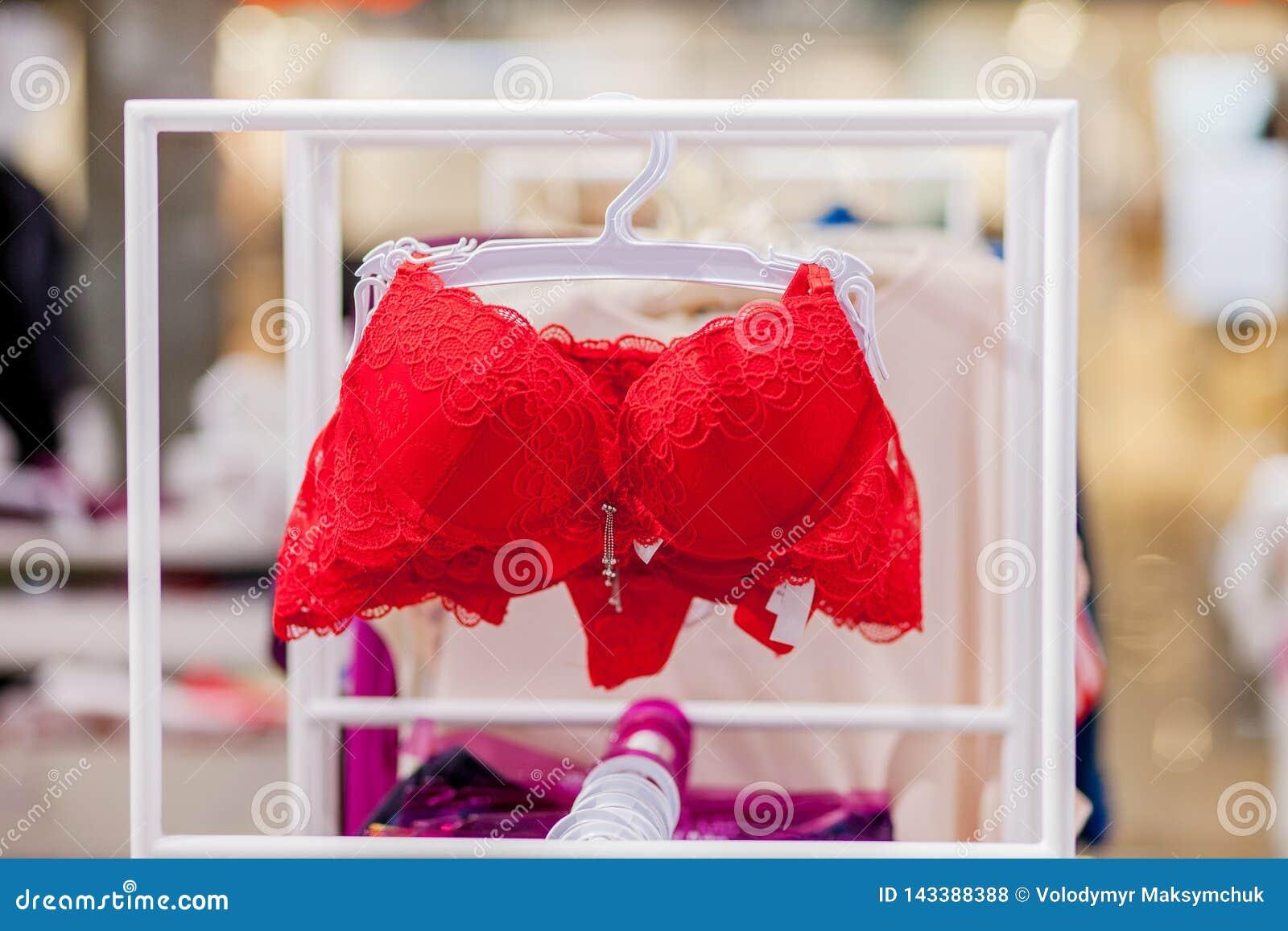 Vareity de la ejecución del sujetador en tienda de la ropa interior de la ropa interior Haga publicidad, venta, concepto de la mo