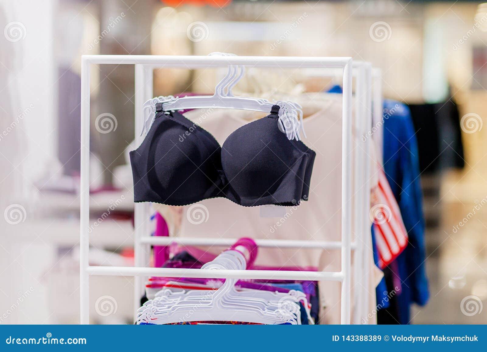 Vareity van bustehouder het hangen in de opslag van het lingerieondergoed Adverteer, Verkoop, Manierconcept