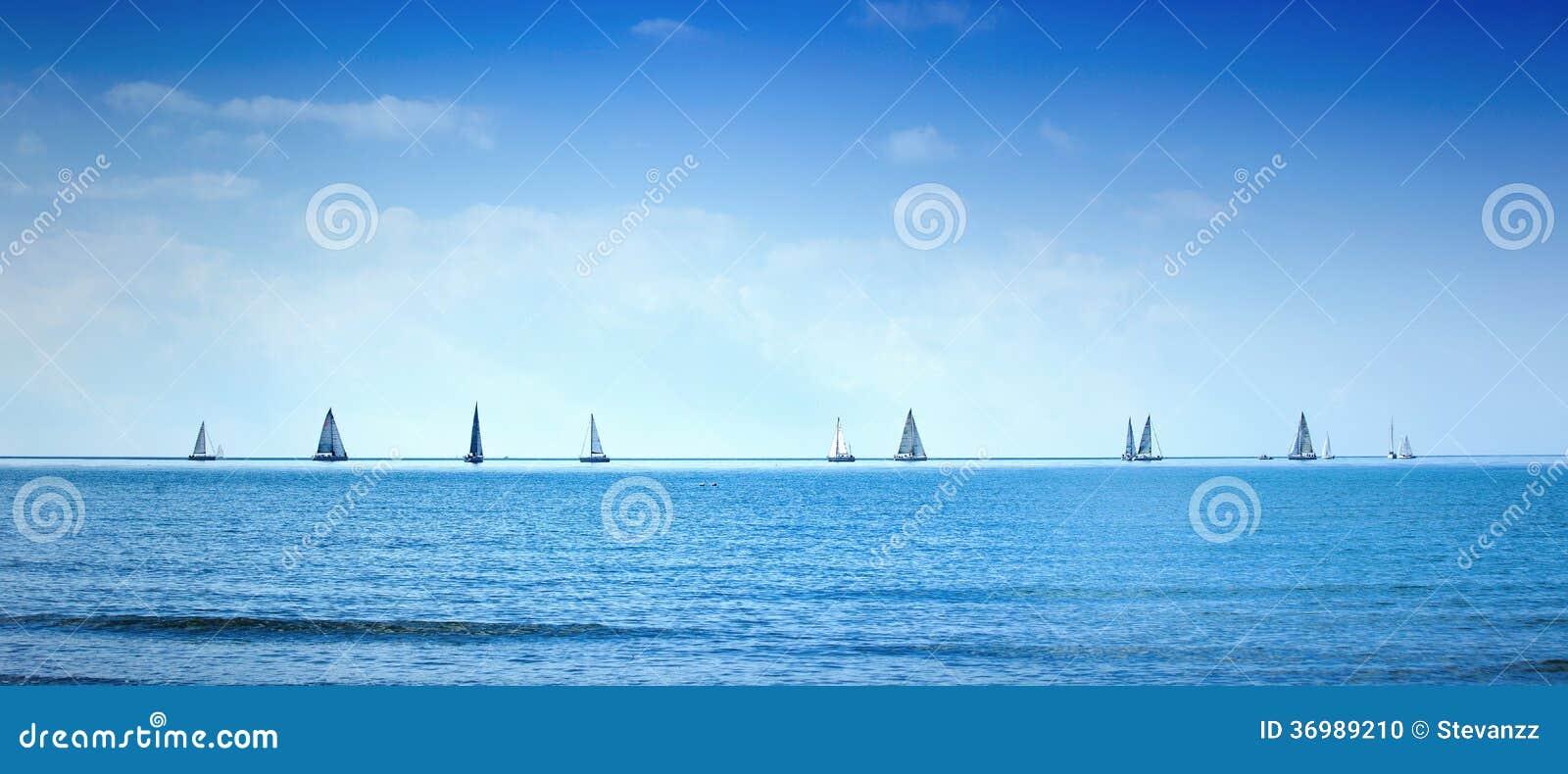 Varend de regattaras van het bootjacht op overzees of oceaanwater