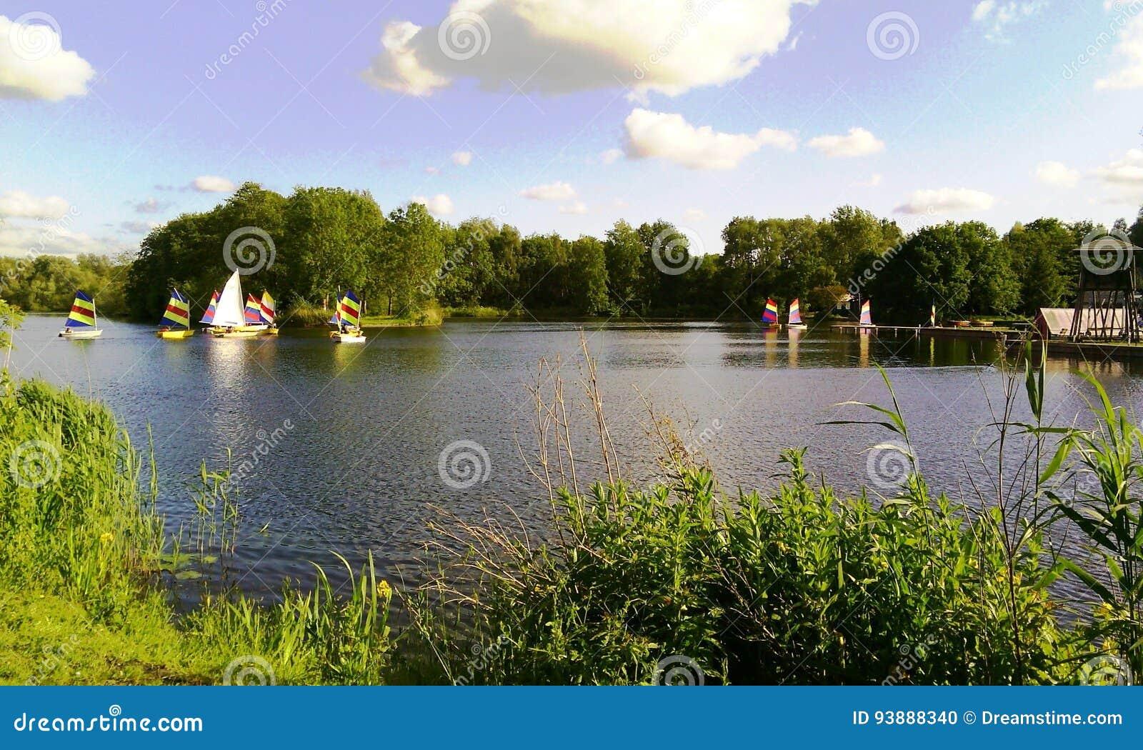 Varend in het meer van Gaasperpark in Amsterdam, Holland, Nederland