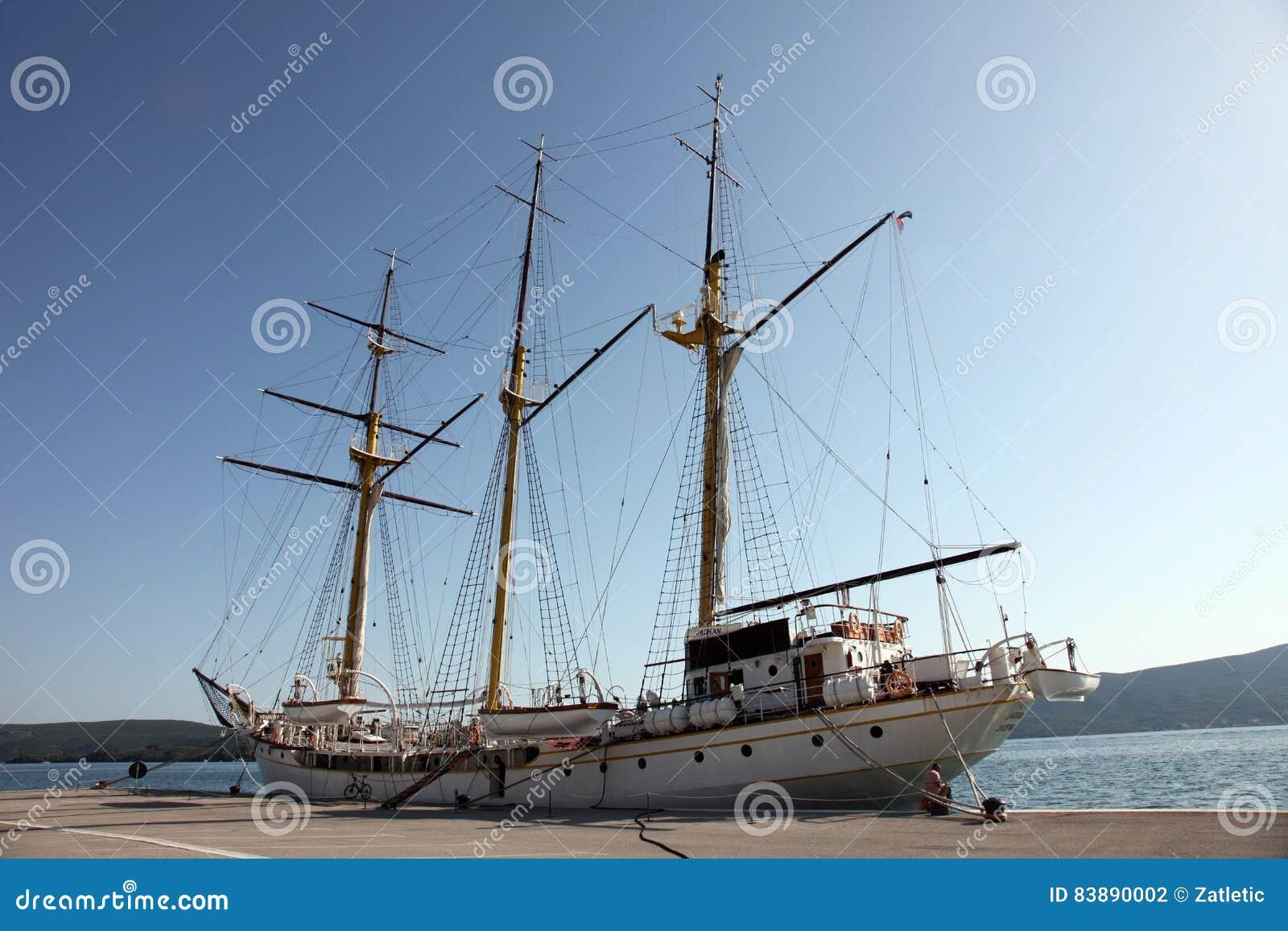 Varend schip bij het dok