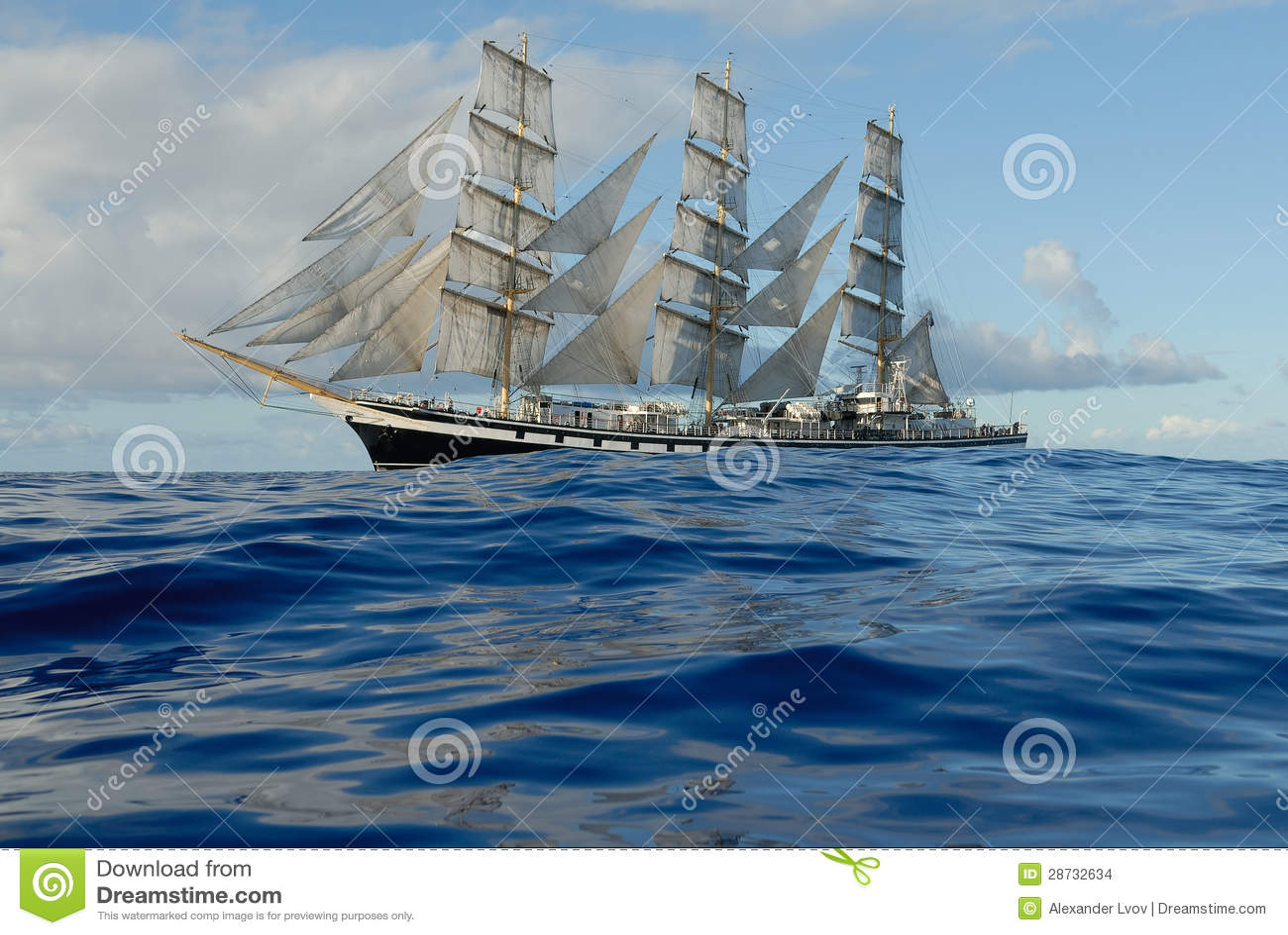 Varend schip onder volledig zeil