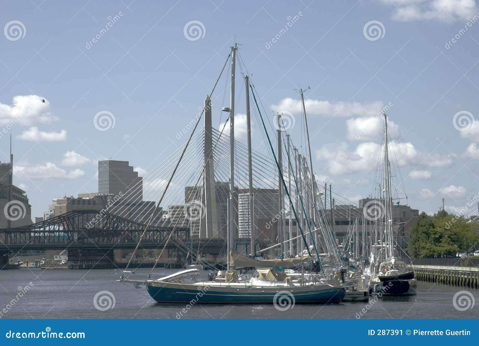 Varende boten en brug Zakim