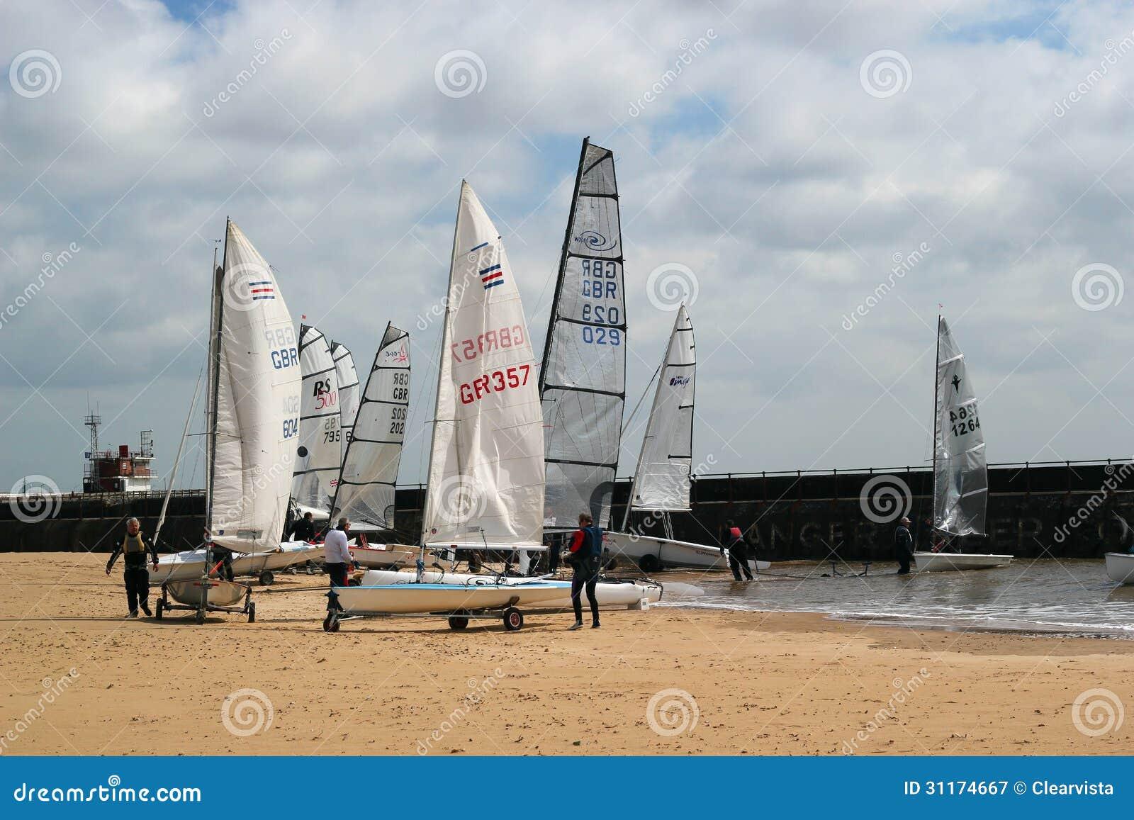 Varende boten op een strand.