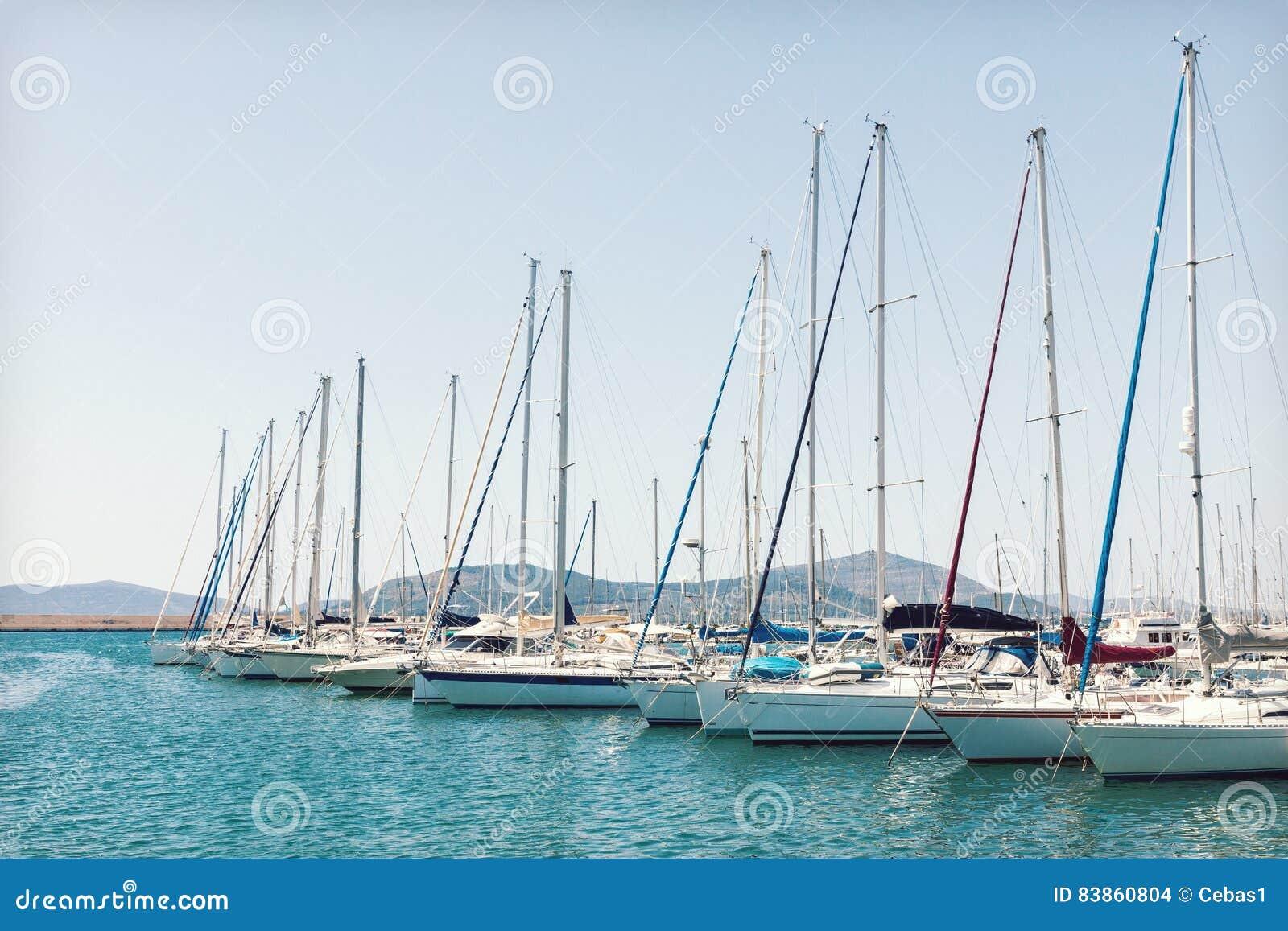 Varende die boten in de haven worden vastgelegd