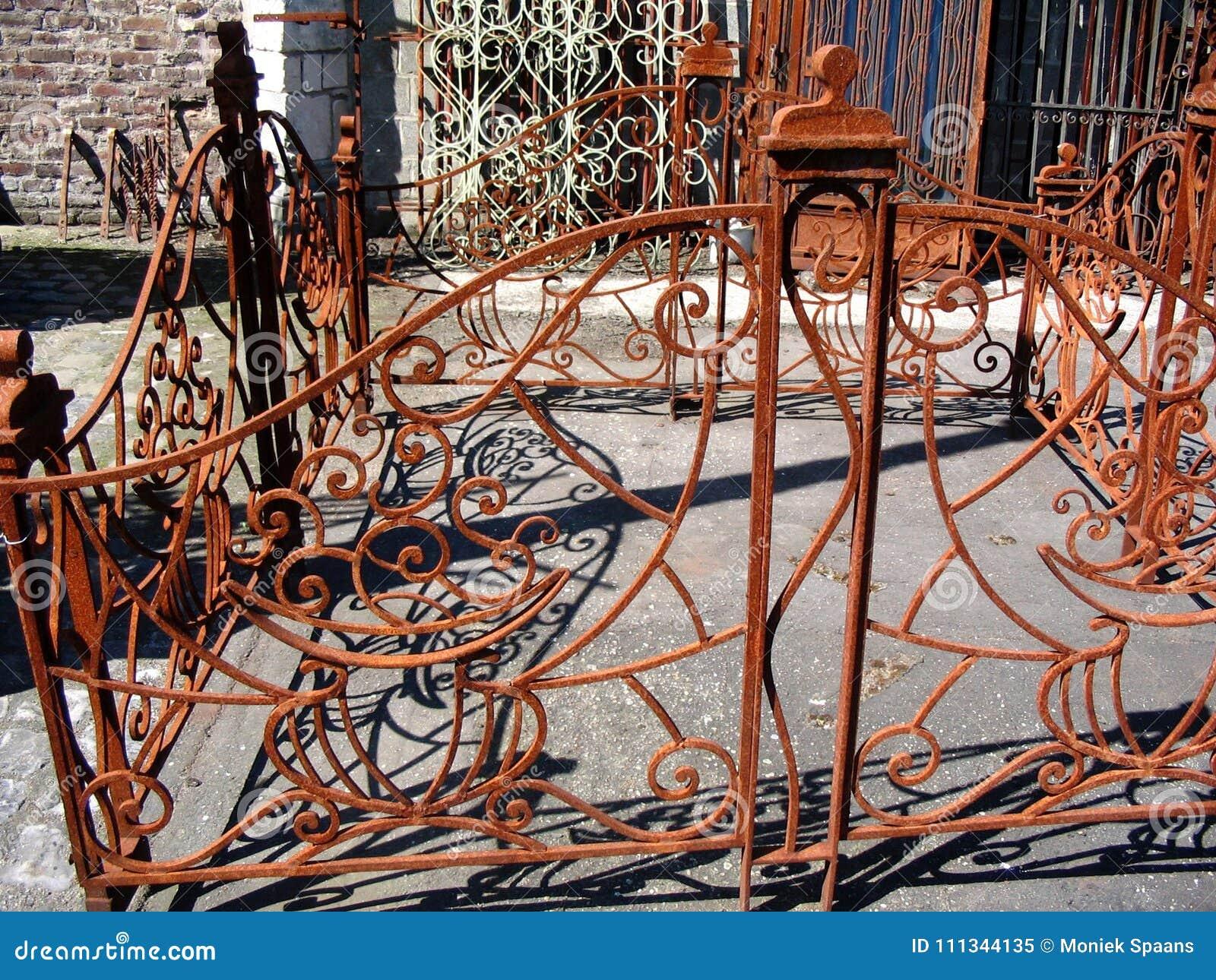 Variété de barrières rouillées en métal